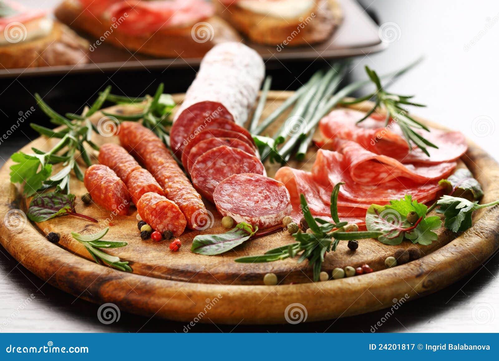 Presunto e salami italianos com ervas