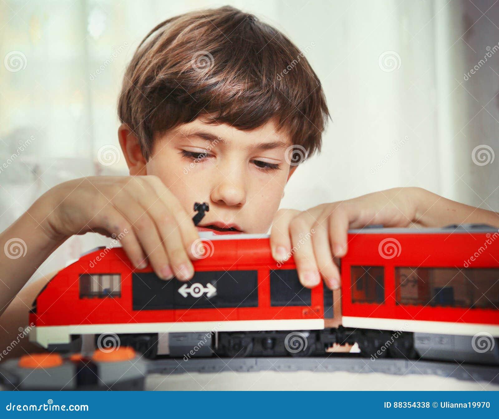 Preteen chłopiec przystojna sztuka z zabawka pociągiem