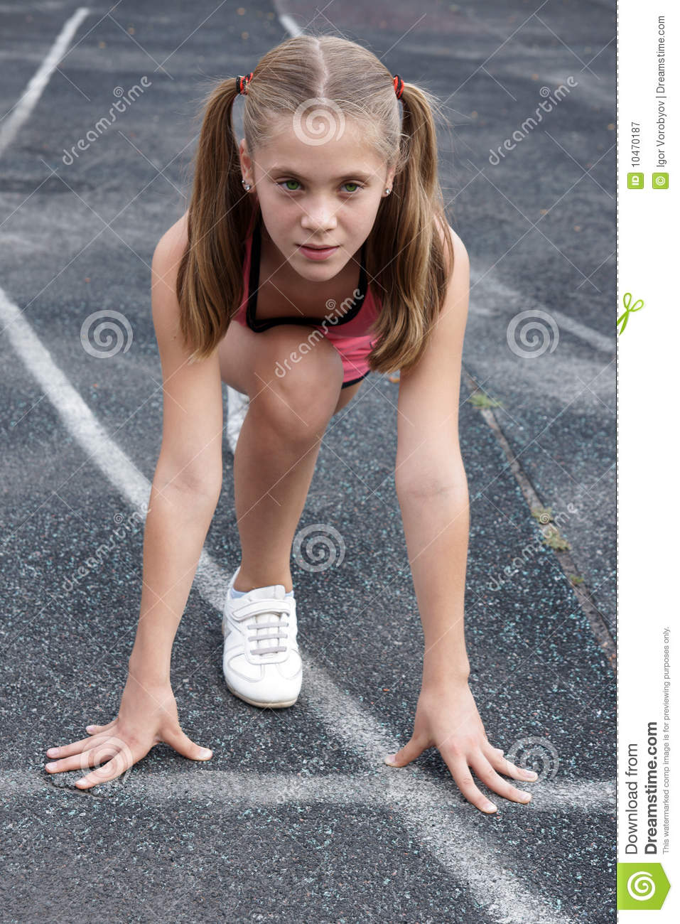 Preteen girl starting to run on track u0424u043eu0442u043e u0441u043e u0441u0442u043eu043au0430 - 5488158.