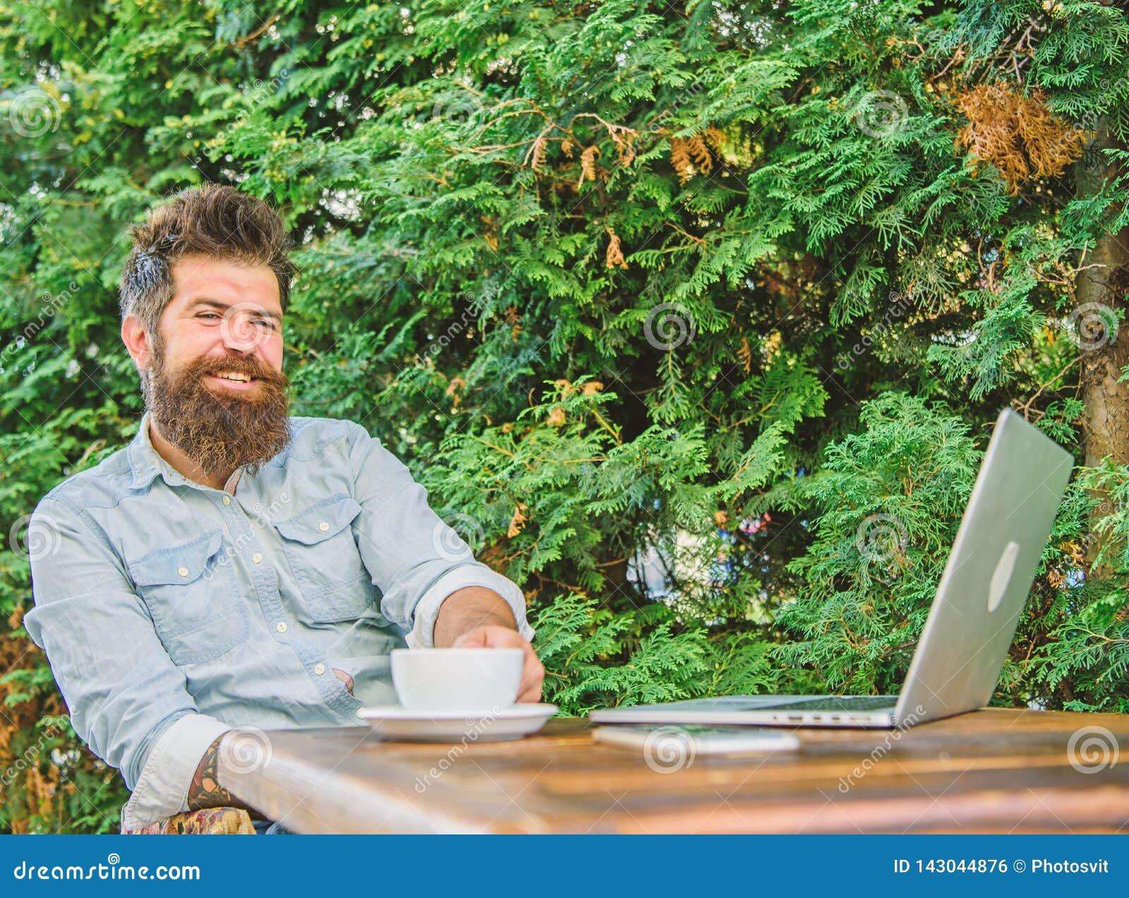 Prettig ogenblik Neem ogenblik om te denken Te ontspannen onderbreking Maakt mensen gebaarde hipster pauze voor drinkt koffie en