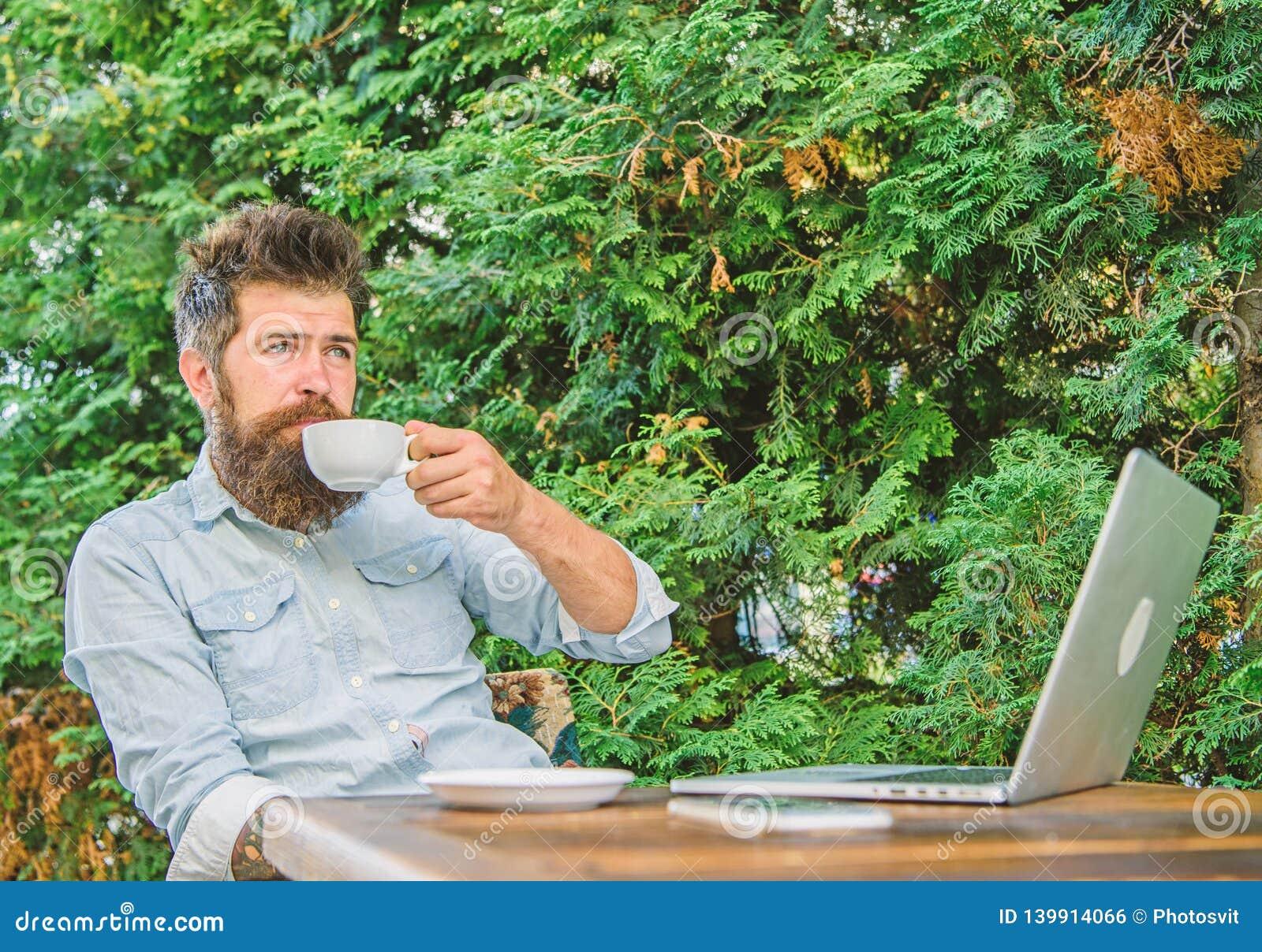 Prettig ogenblik Neem ogenblik om van het leven te genieten Maakt mensen gebaarde hipster pauze voor drinkt koffie en ontspant te
