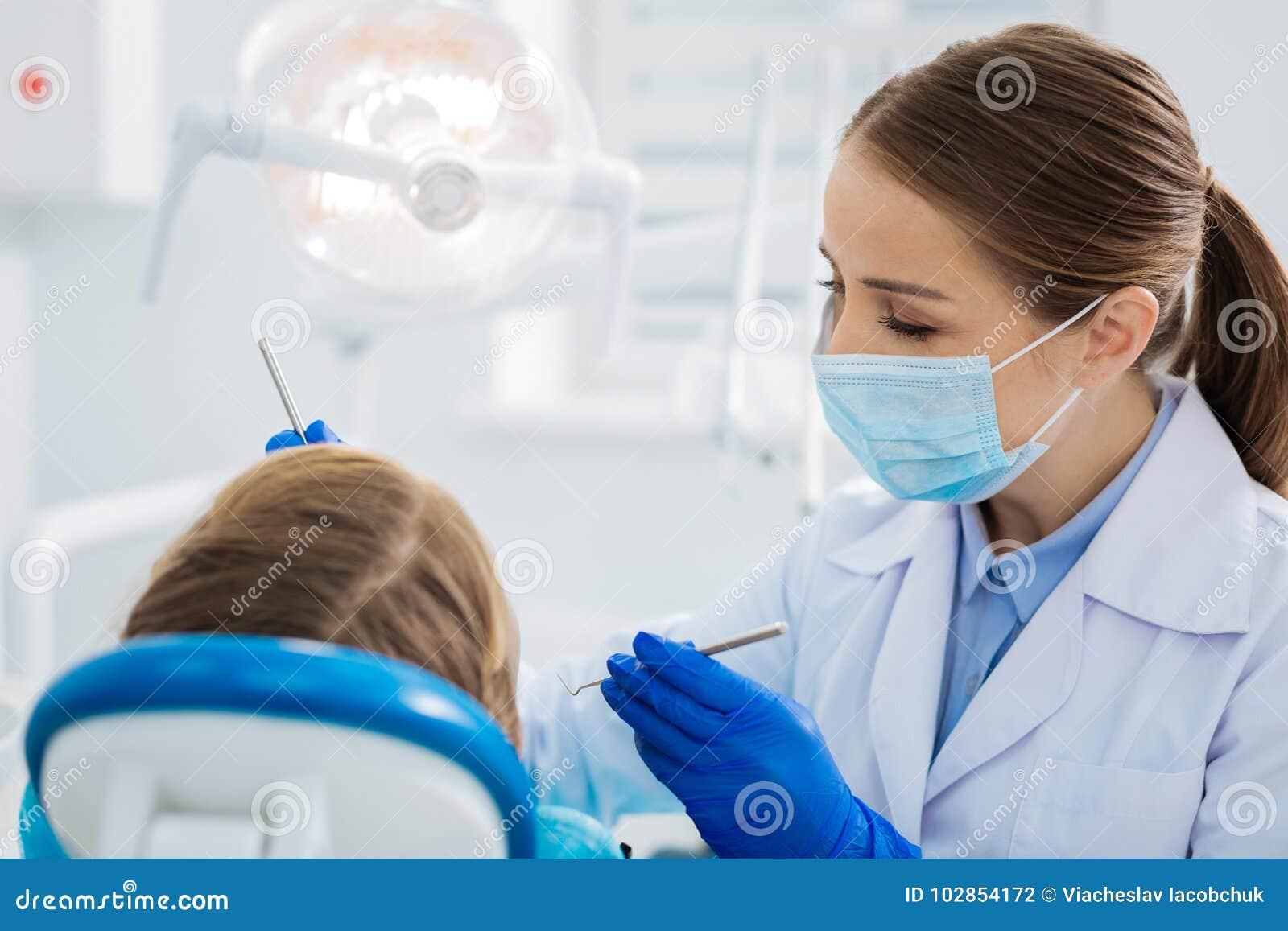 Prettige professionele tandarts die haar werk doen