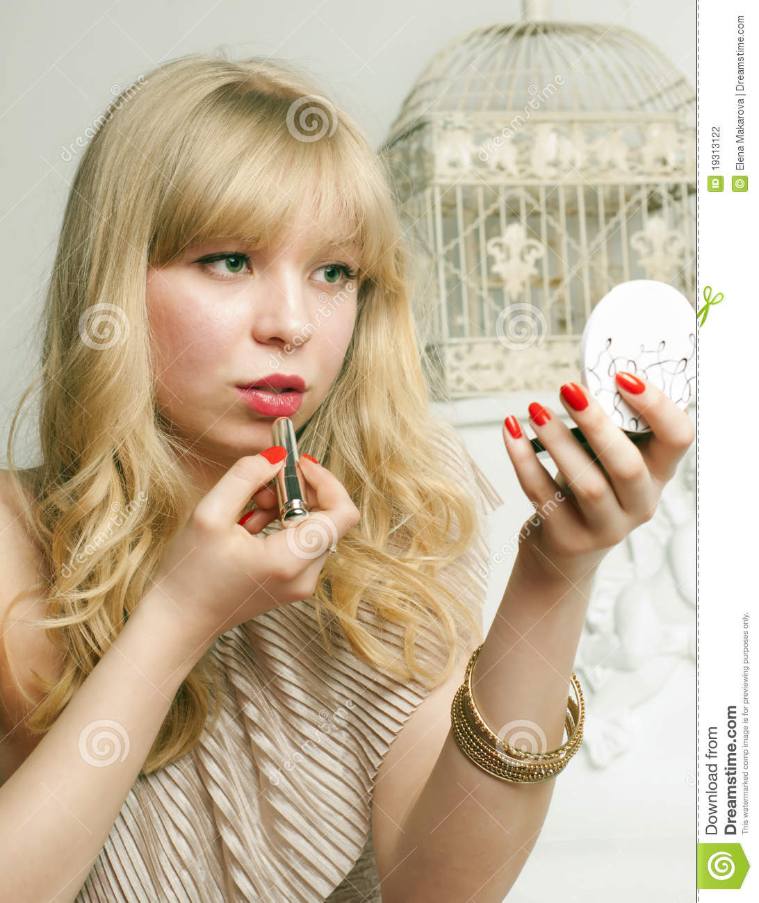 Pretty blonde tint the lips