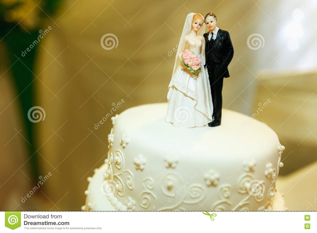 Pretty Figures Of Newlyweds As An Element Of Wedding Cake Decora ...