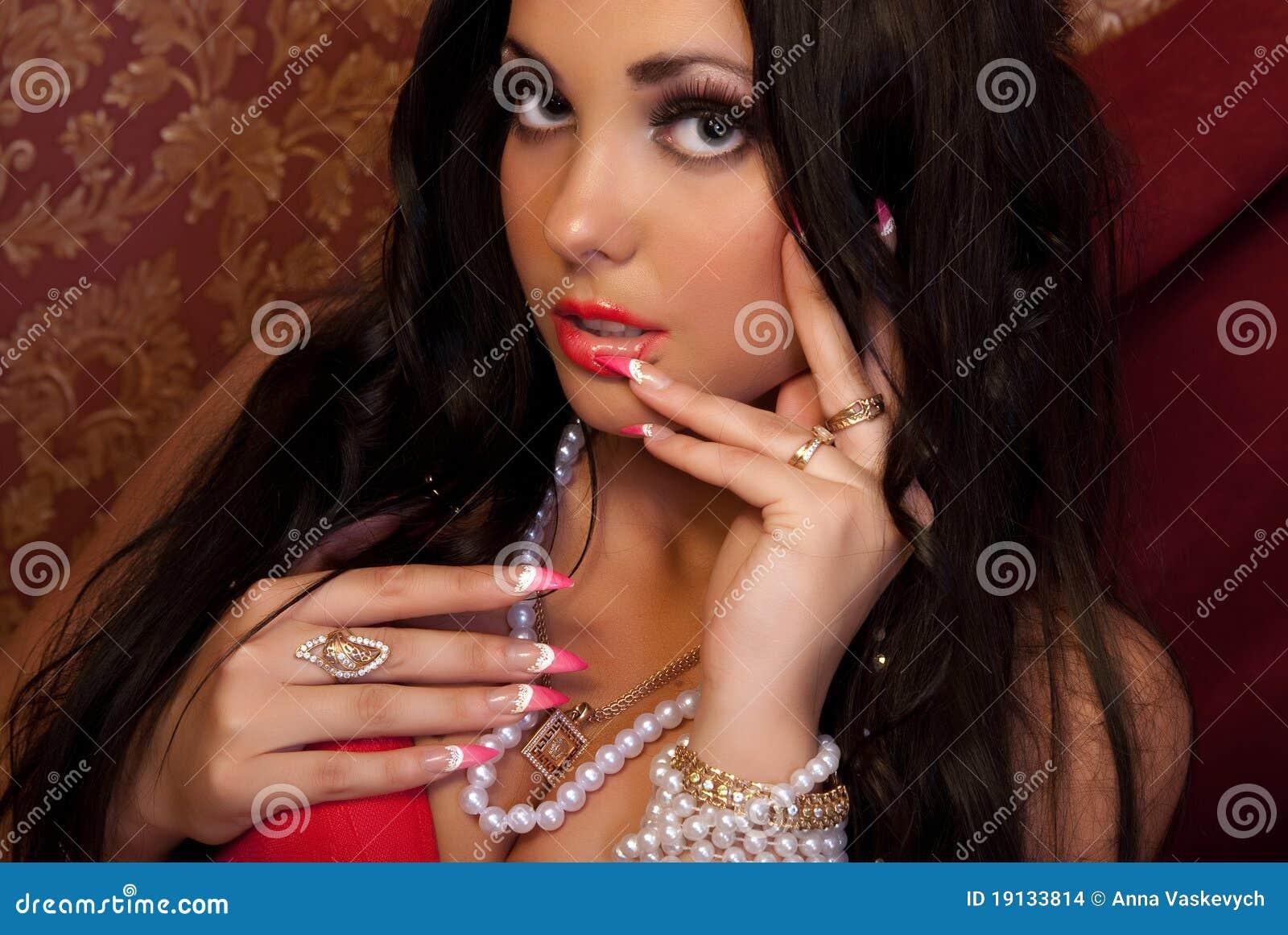 Фото девушек с очень длинными красивыми ногтями