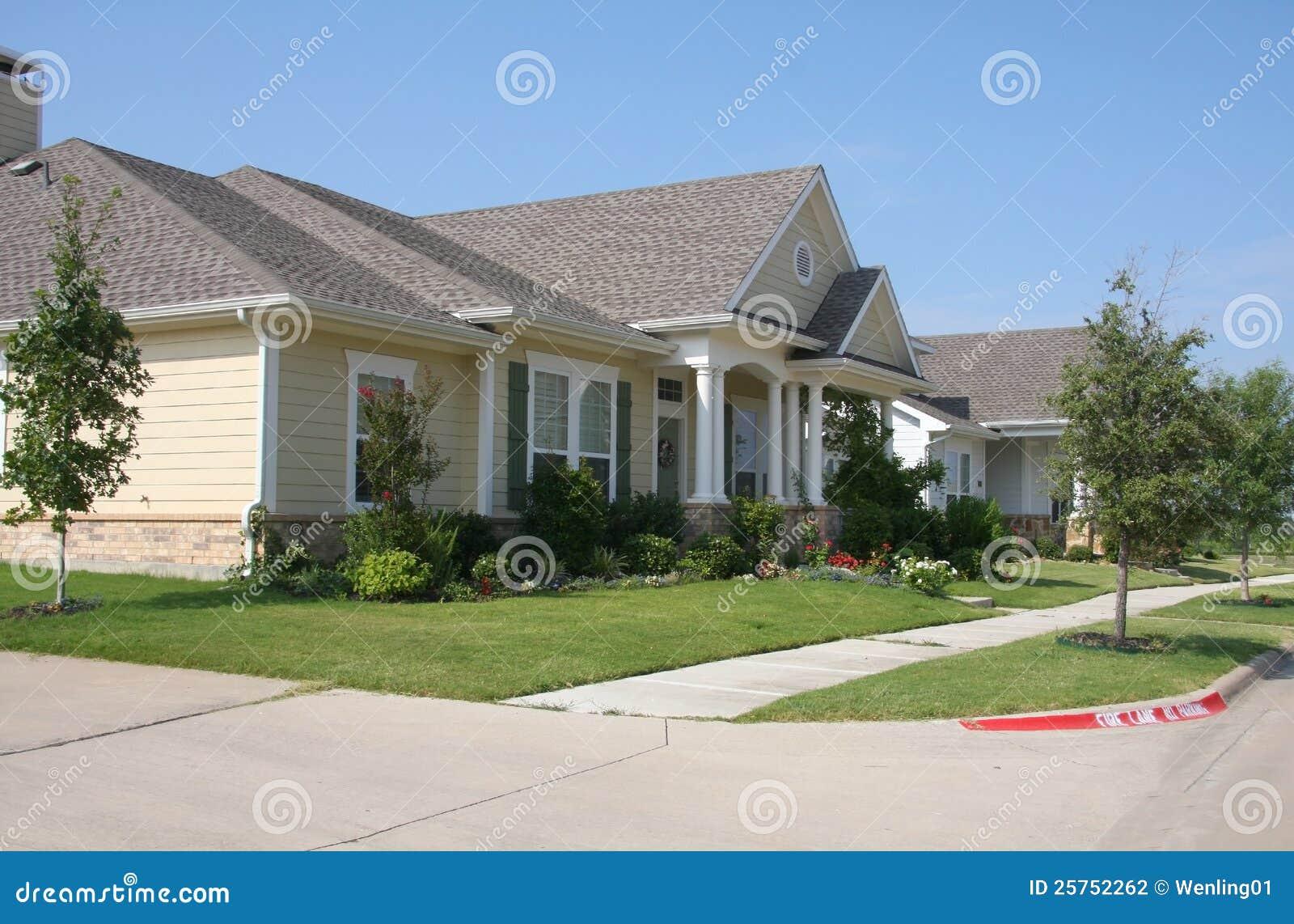 Pretty houses with gadern stock photo image of garden - Casas bonitas fotos ...