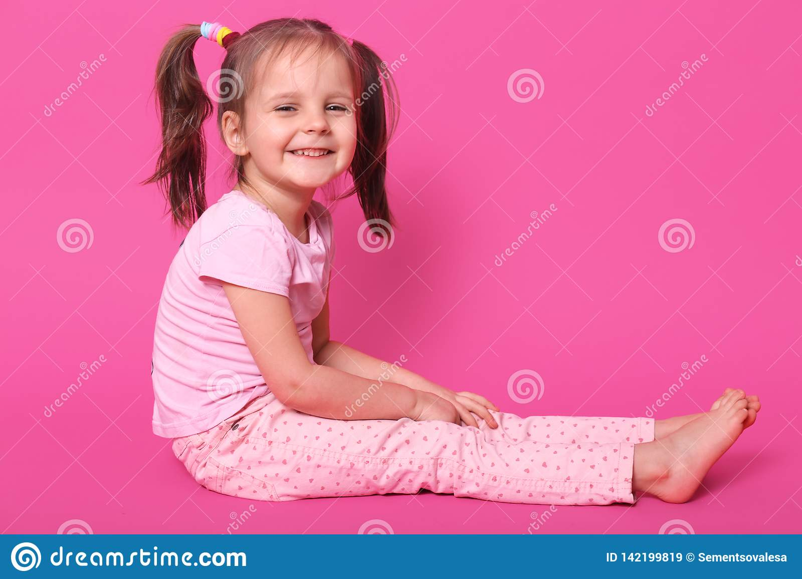 Surprising Pretty Small Kid With Two Pony Tails And Many Colourful Scrunchies Schematic Wiring Diagrams Amerangerunnerswayorg