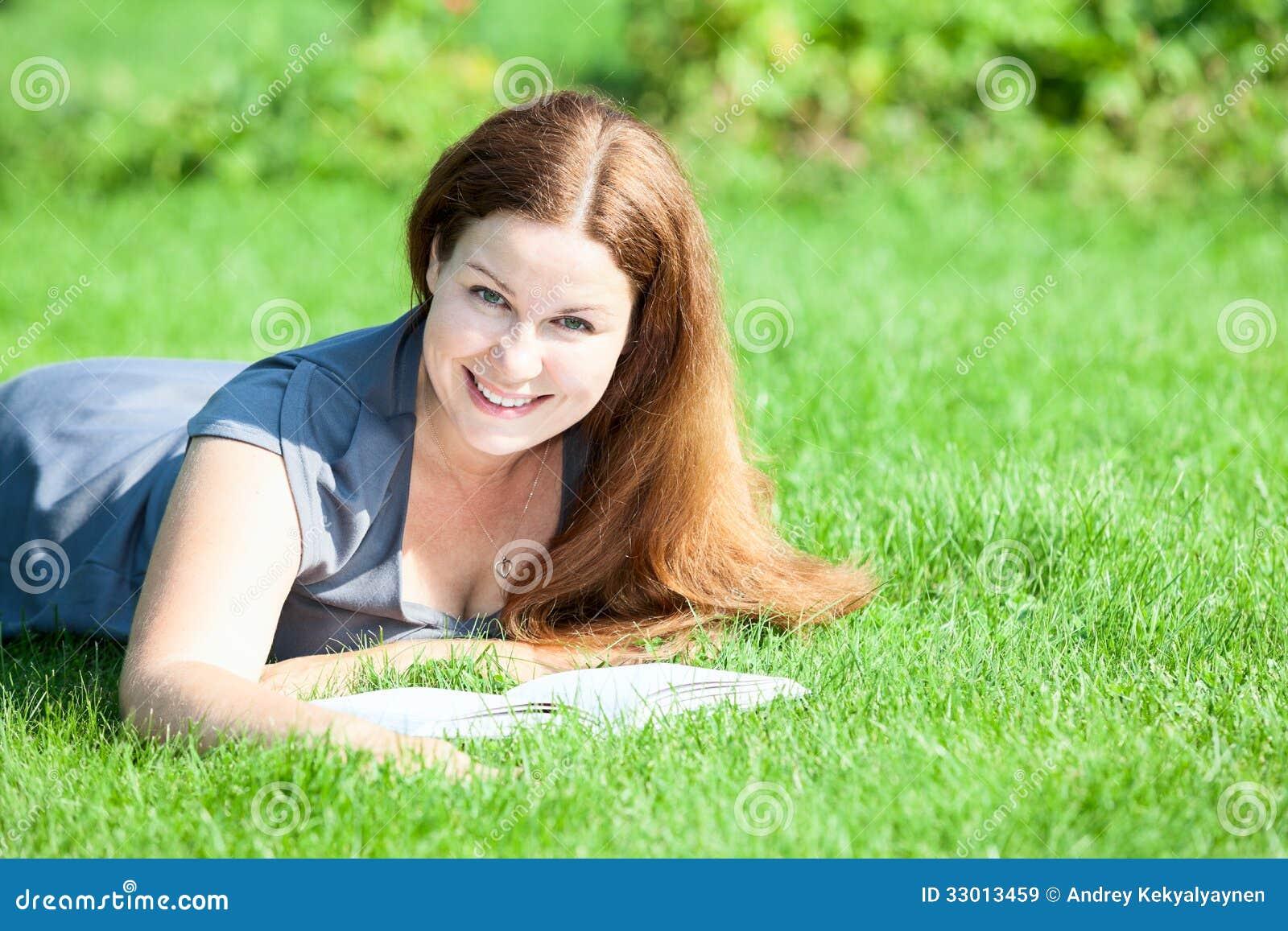 Симпатичная молодая девушка фото 9 фотография