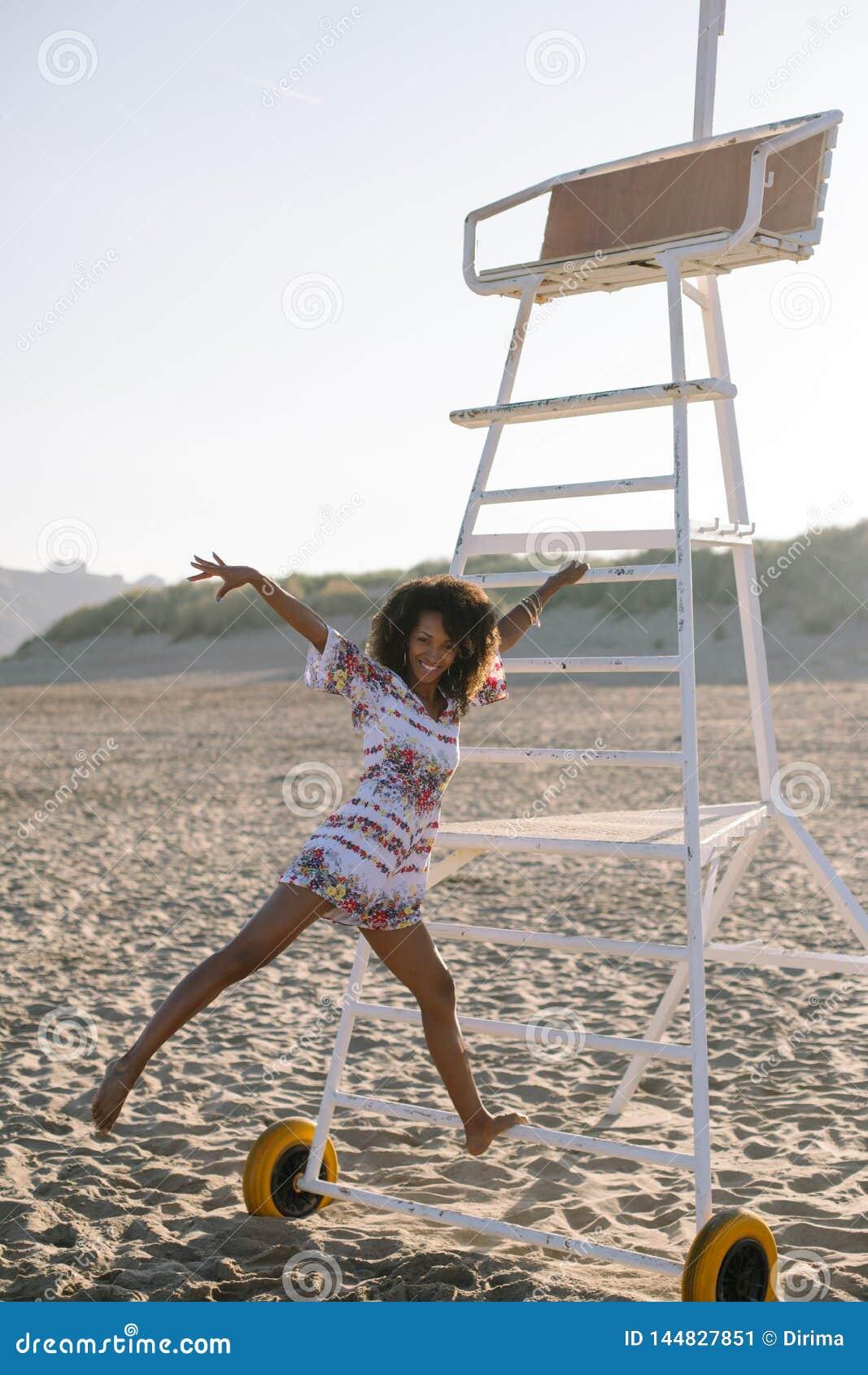 Pretzwarte die bij het strand dansen