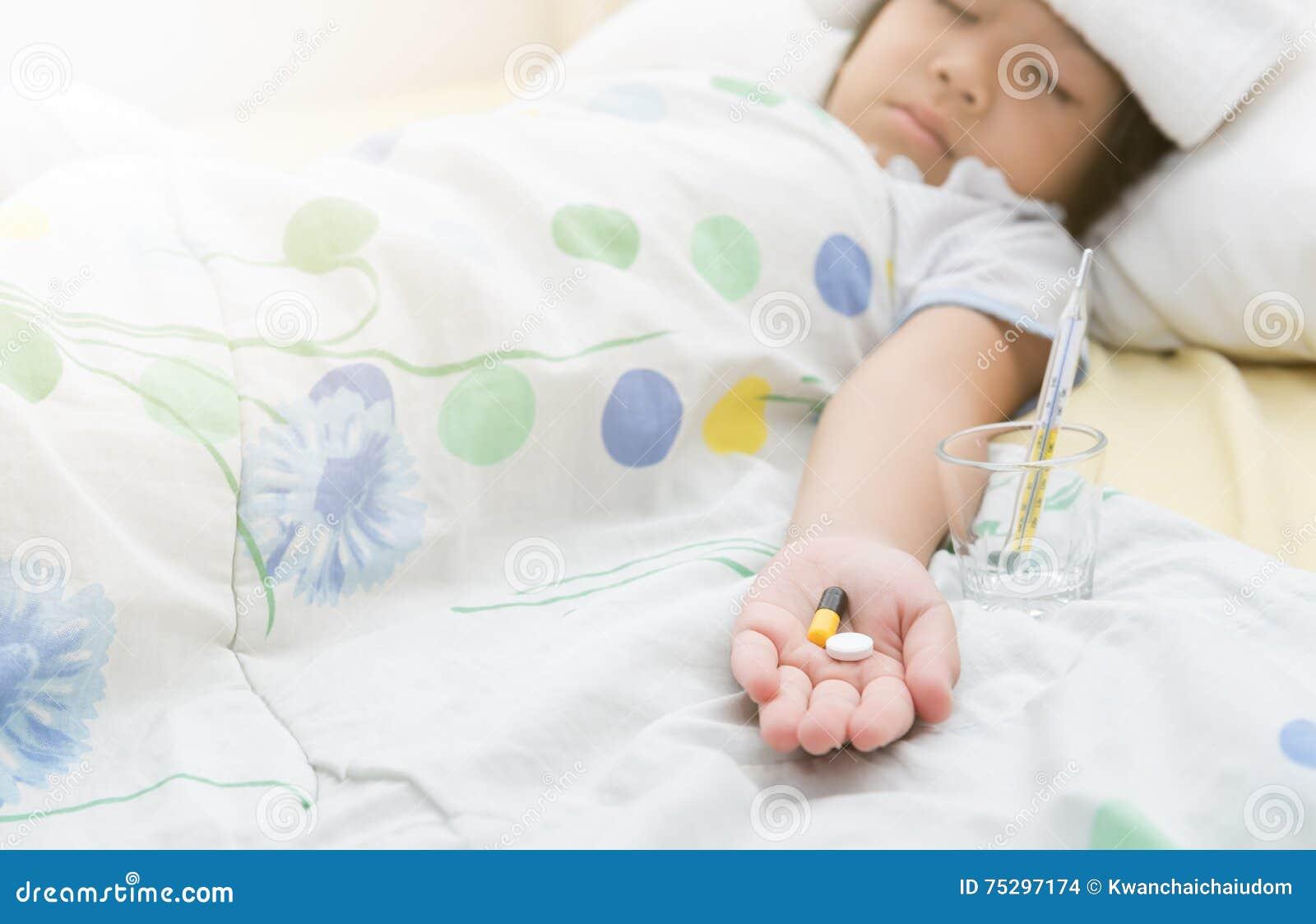Preventivpiller i liten flickahand