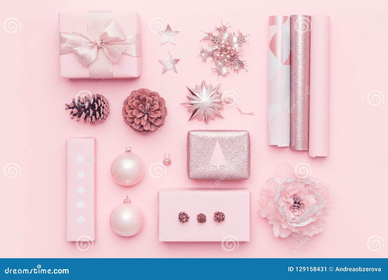 Prezenta opakowanie Różowi północni boże narodzenie prezenty odizolowywający na pastelowych menchii tle Zawijający xmas pudełka