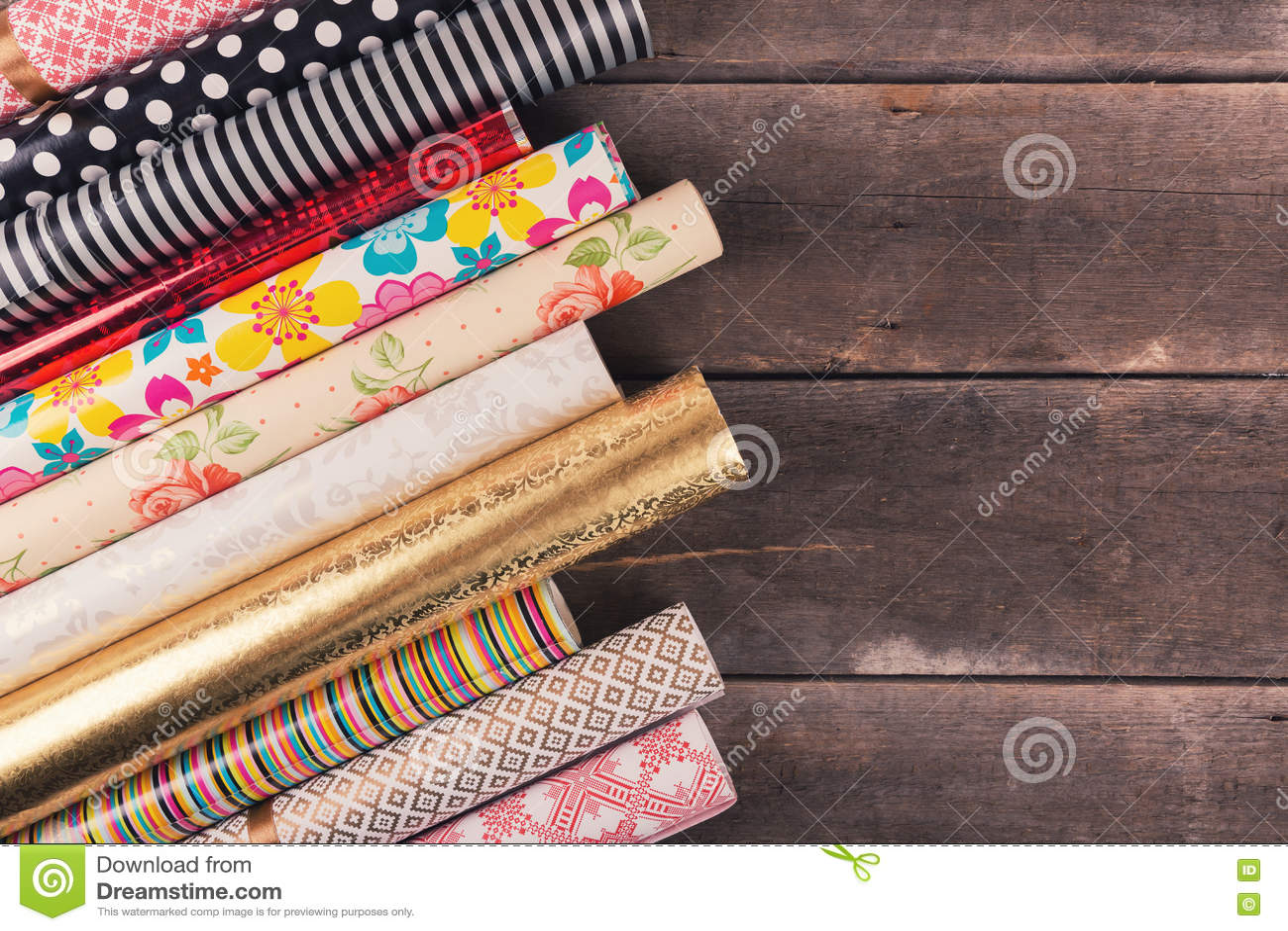 Prezenta opakunkowego papieru rolki na drewnianym stole z kopii przestrzenią