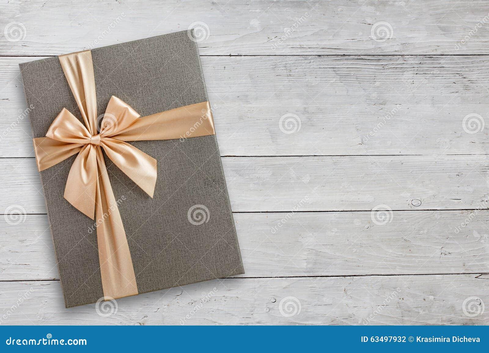 Prezenta pudełko nad białym drewnianym odgórnym widokiem