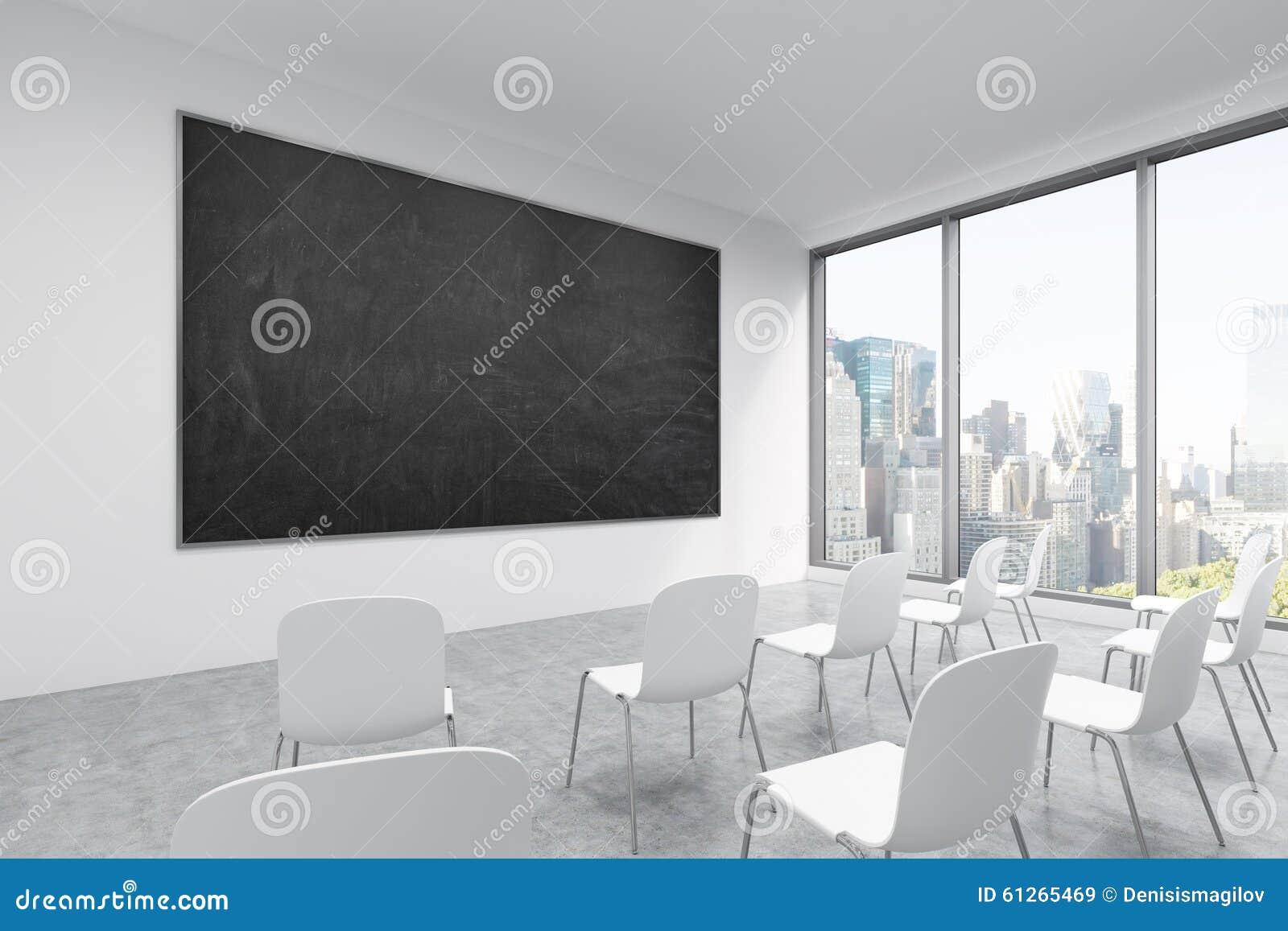 Prezentacja pokój w, sala lekcyjna lub Biel krzesła, czarny chalkboard na ścianie i panorami,