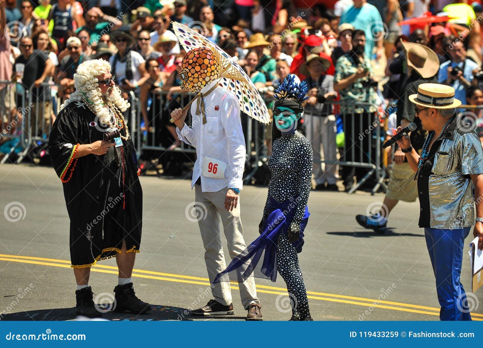 Prezes Sądu syrenka uczestnicy przy 36th roczną syrenki paradą w Coney Island i parada