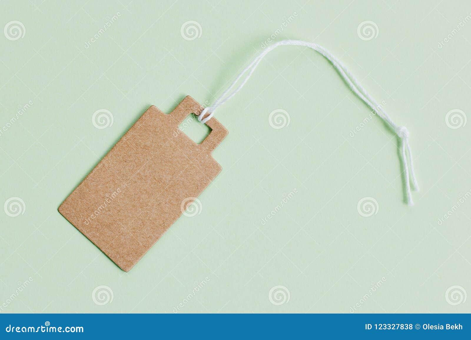 Prezzo da pagare marrone in bianco del cartone, etichetta di vendita, etichetta del regalo, etichetta di indirizzo su fondo verde