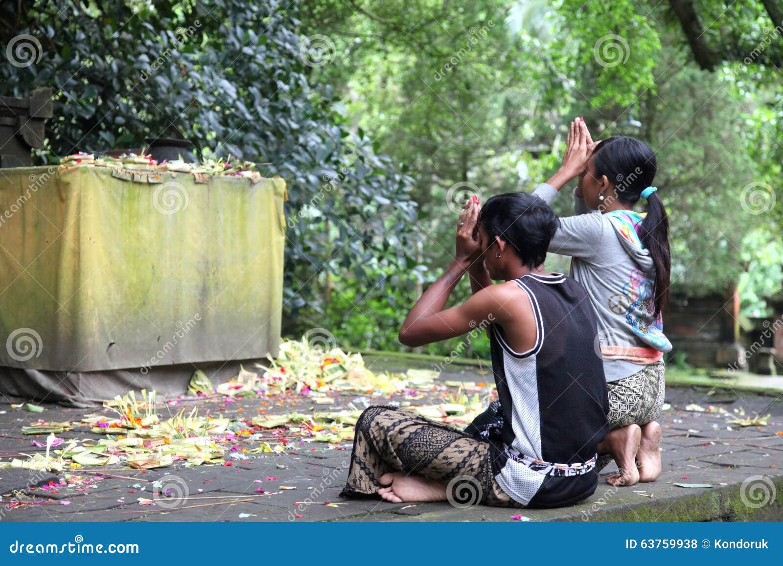 Prière indoue de couples de Balinese