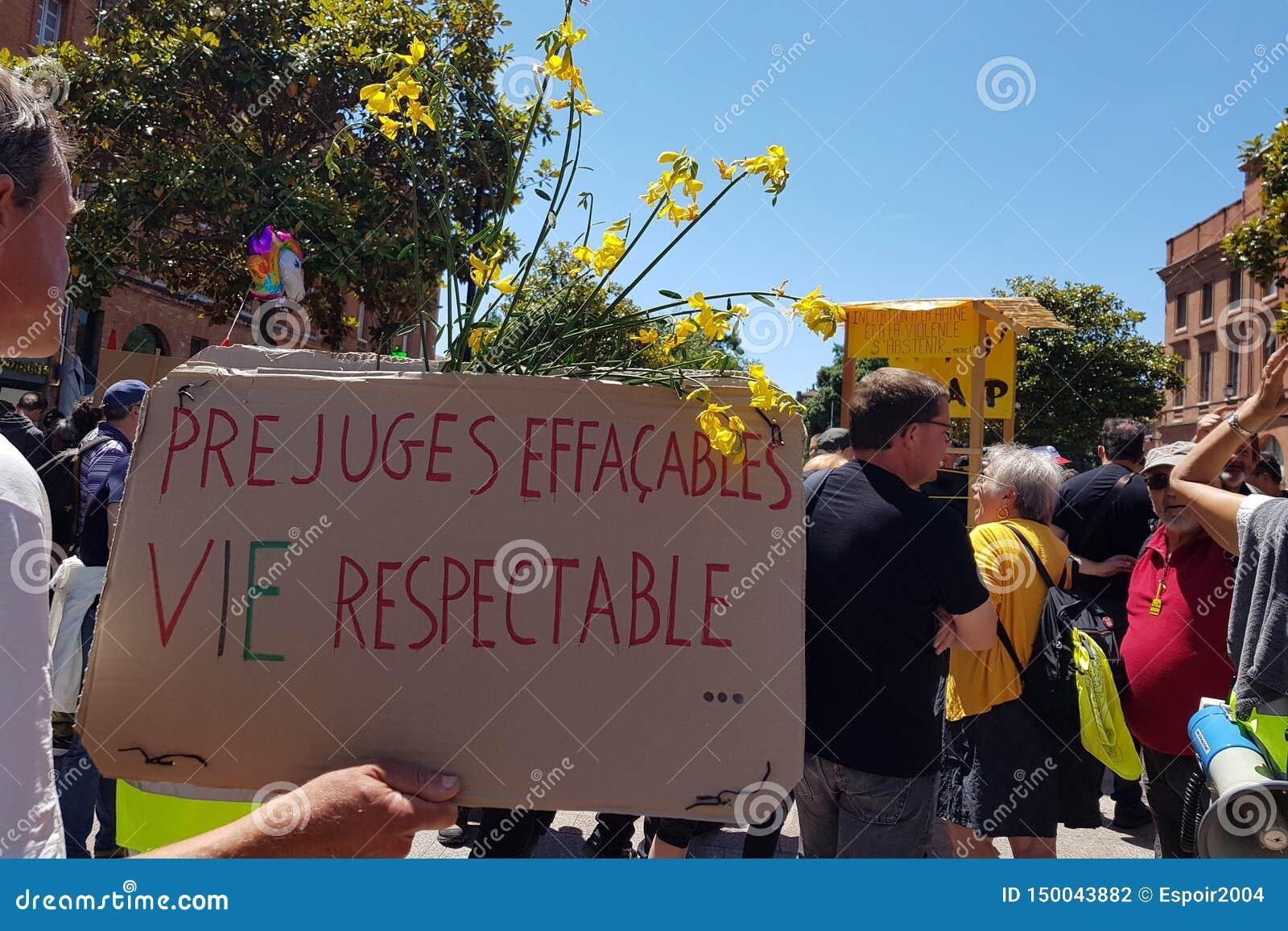 Pride March en demonstratie van gele vesten Inschrijving in Franse Uitwisbare vooroordelen - het respectabele leven