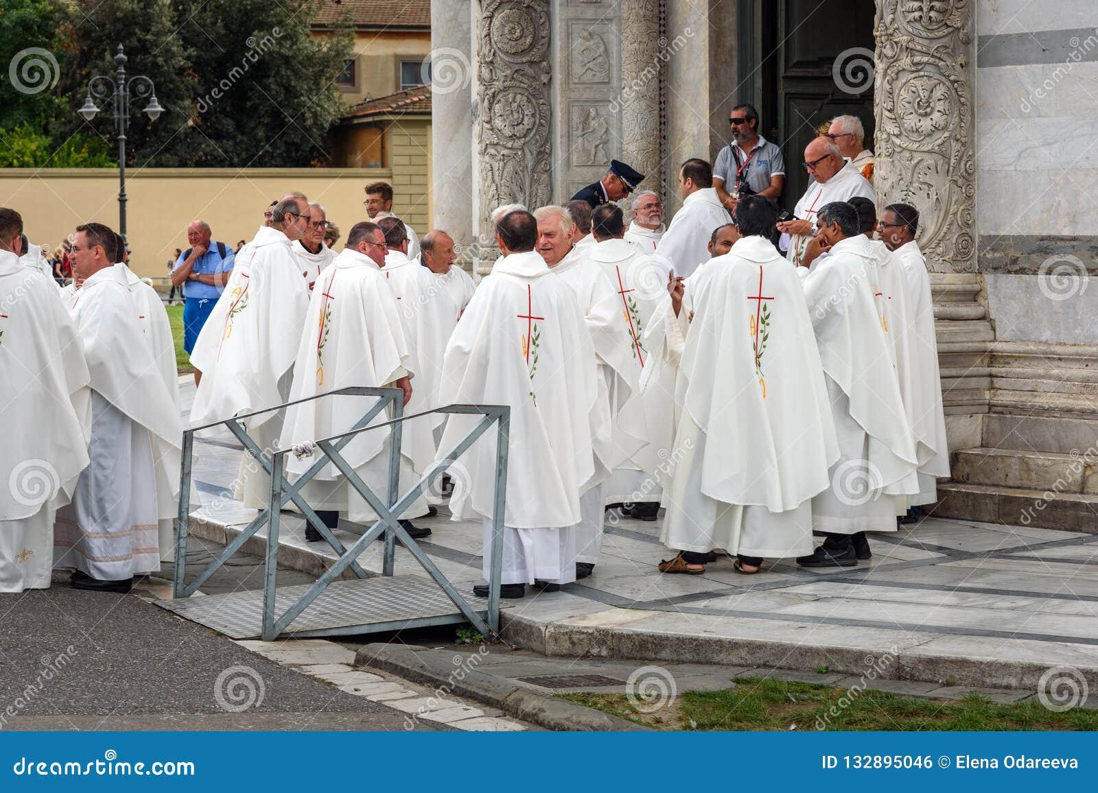 Priesters bij de Kathedraal van Pisa pisa Italië