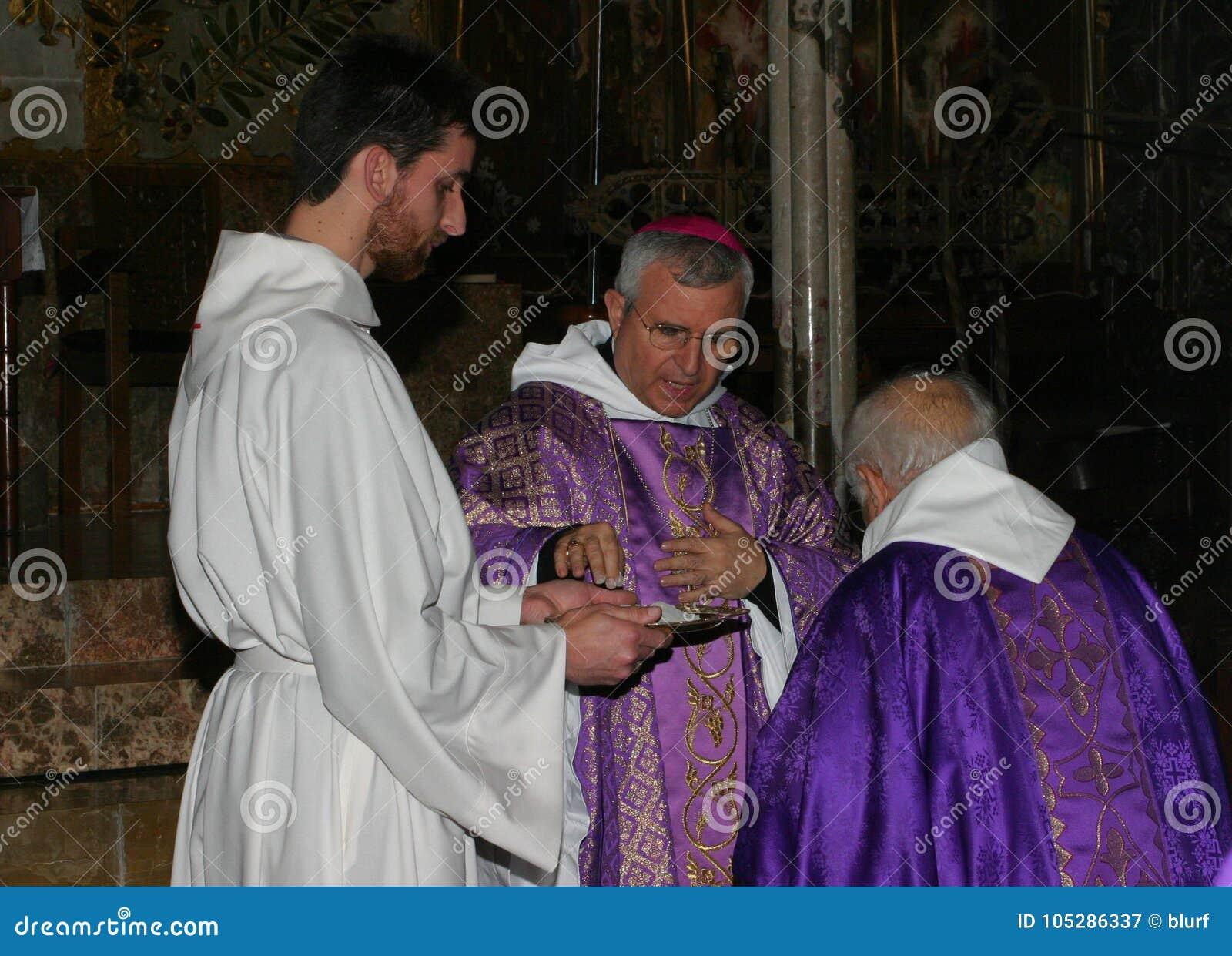 Priesters bij massa in Palma de Mallorca-kathedraal