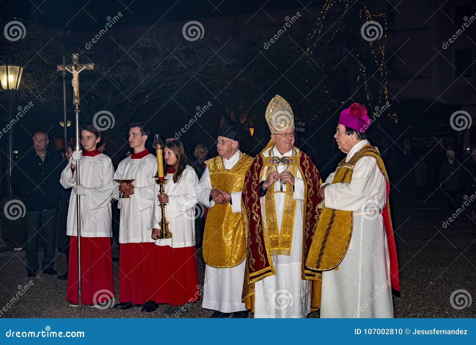 Priesters die vóór massa spreken