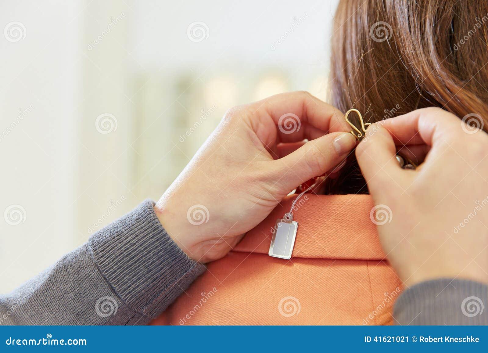 Prijskaartje op halsband in juwelen