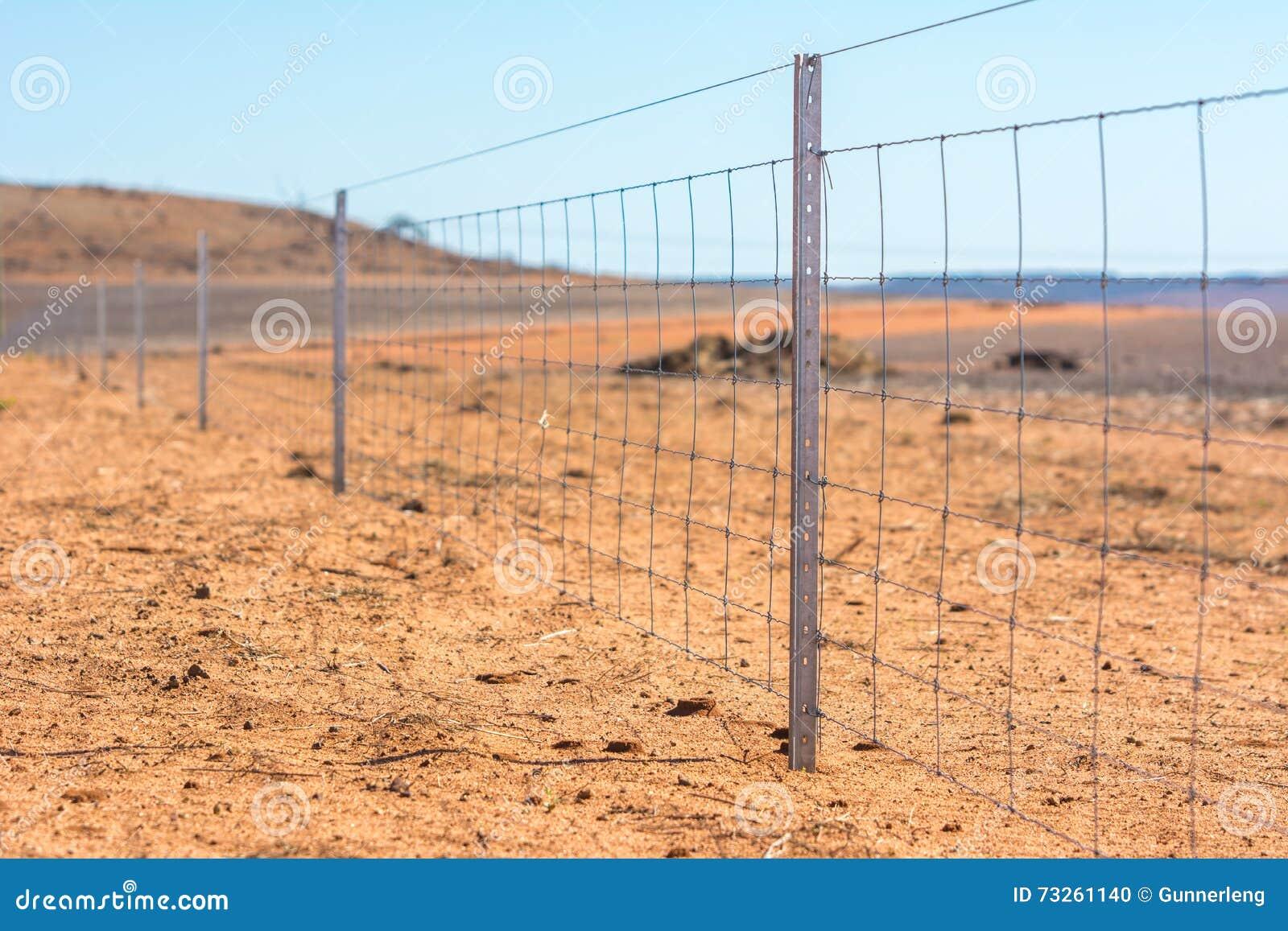 Prikkeldraadomheining op droog land in West-Australië