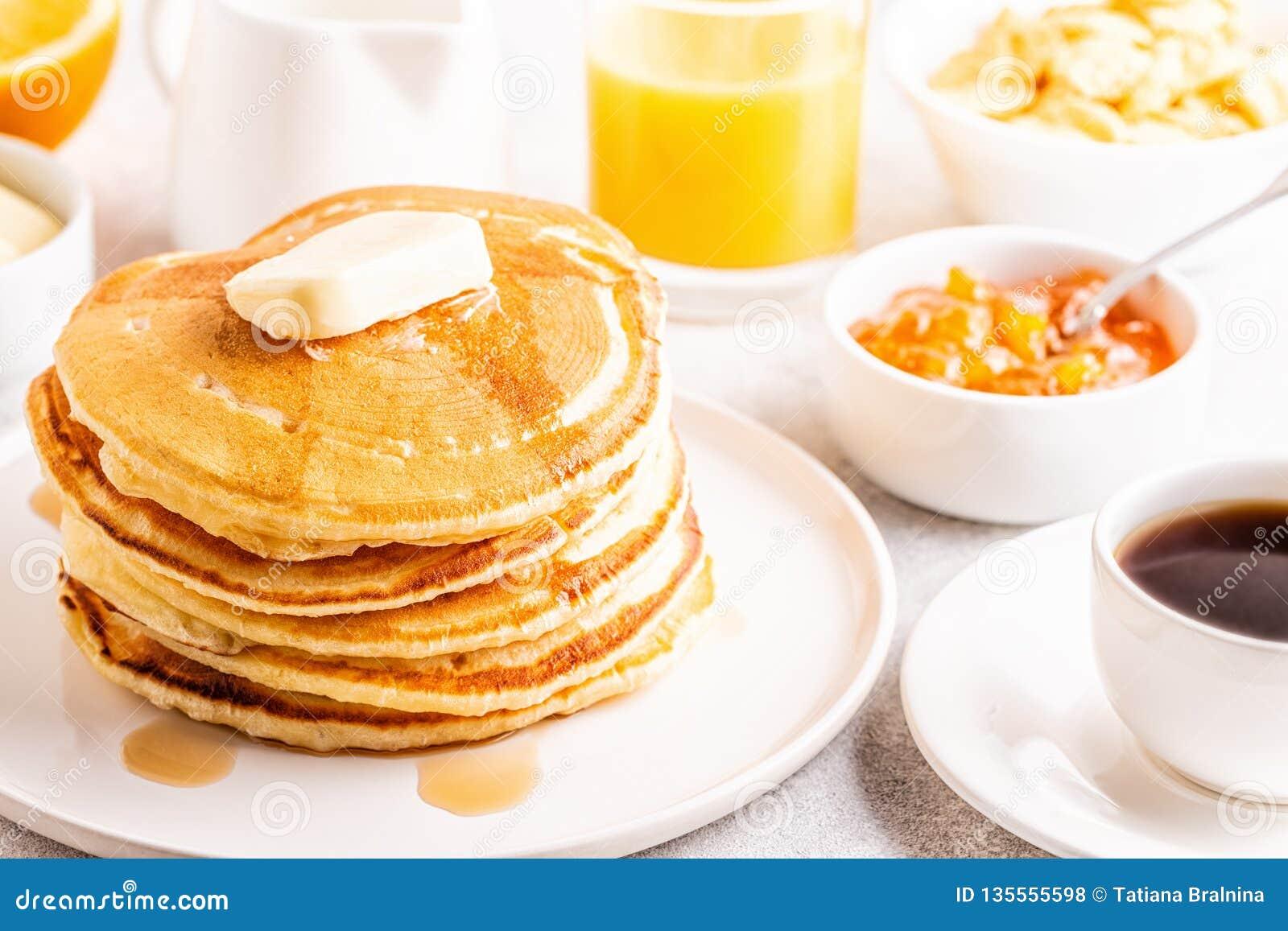 Prima colazione casalinga deliziosa con i pancake