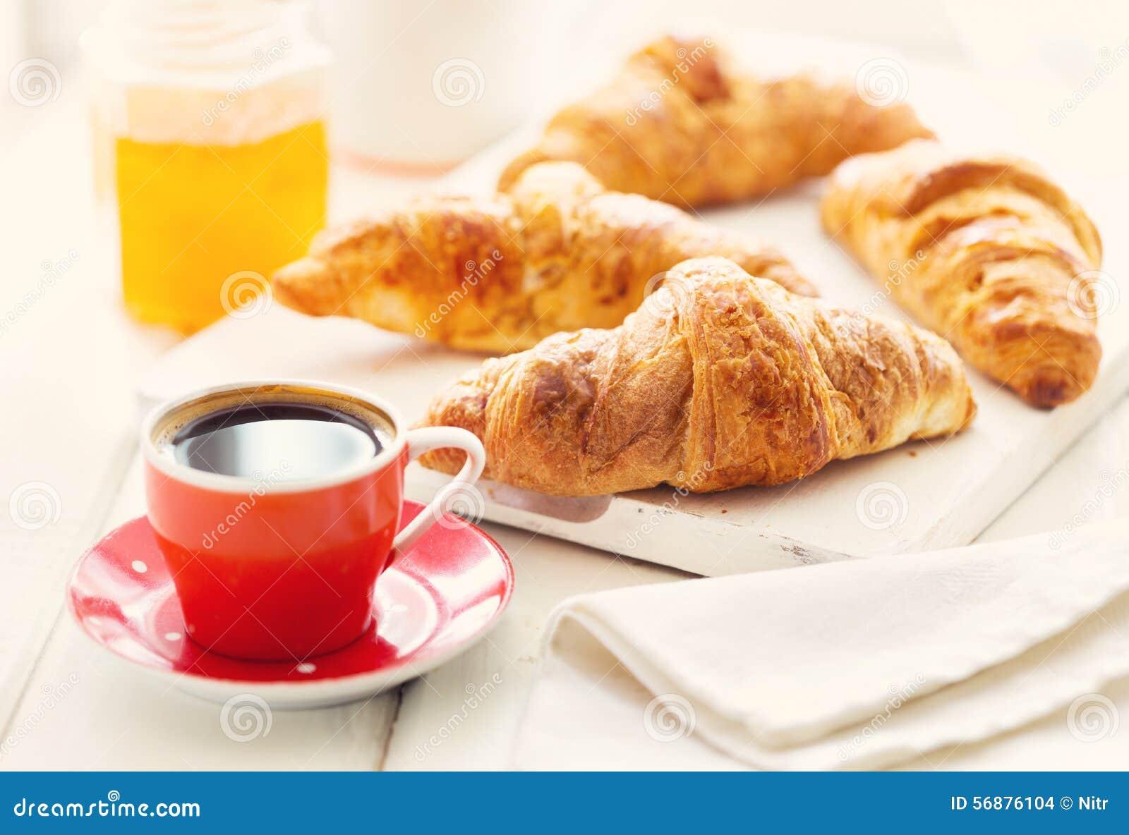 Prima colazione con i croissants ed il caffè