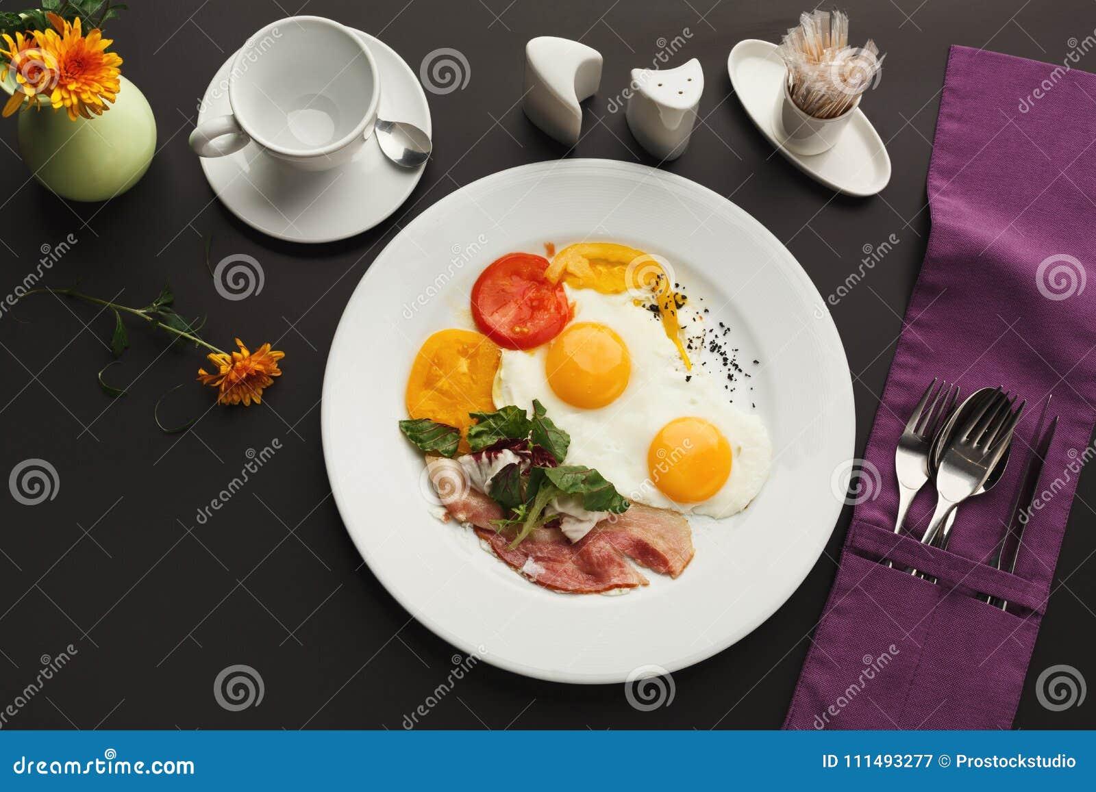 Prima colazione del ristorante con bacon e le uova fritte