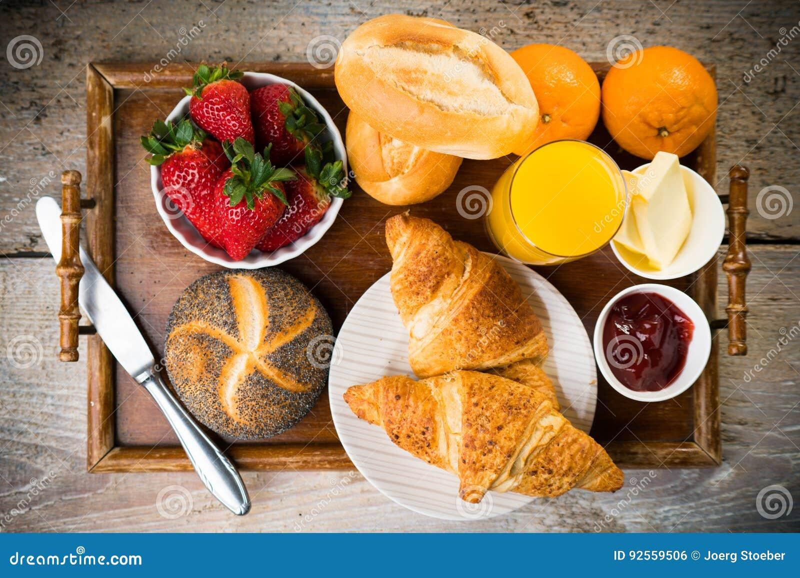 Prima colazione deliziosa con i croissant freschi