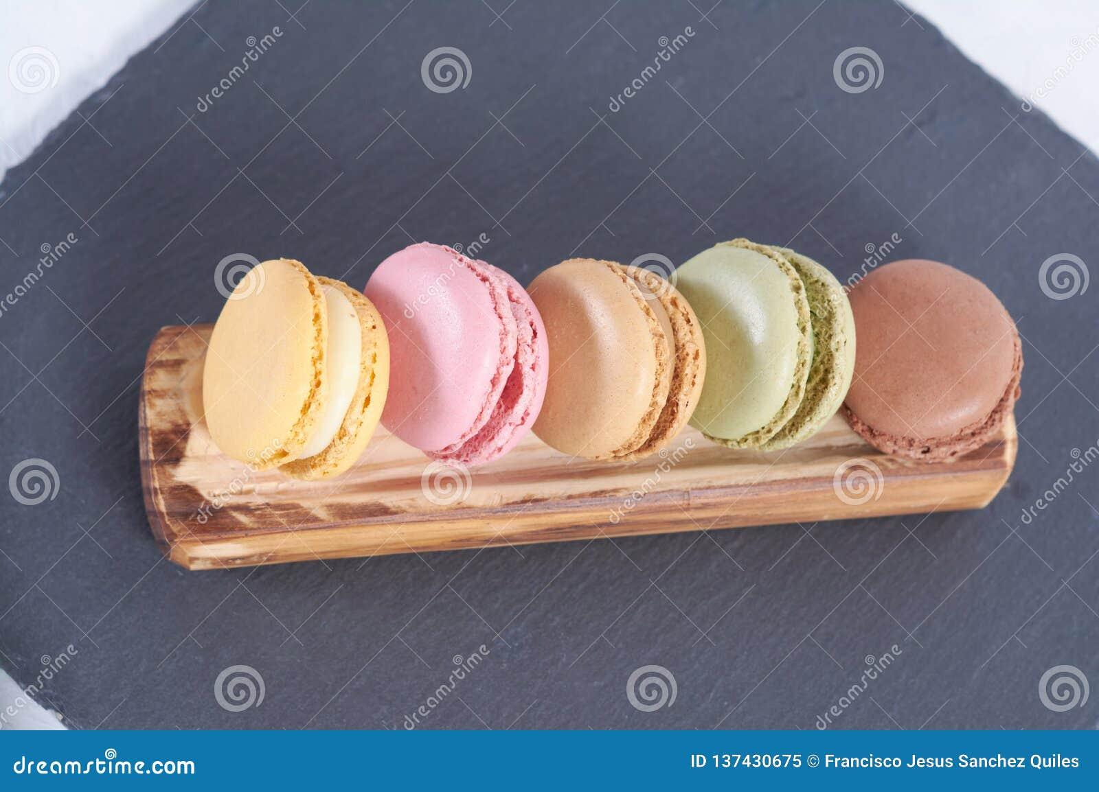 Prima colazione della stecca di legno dei macarons