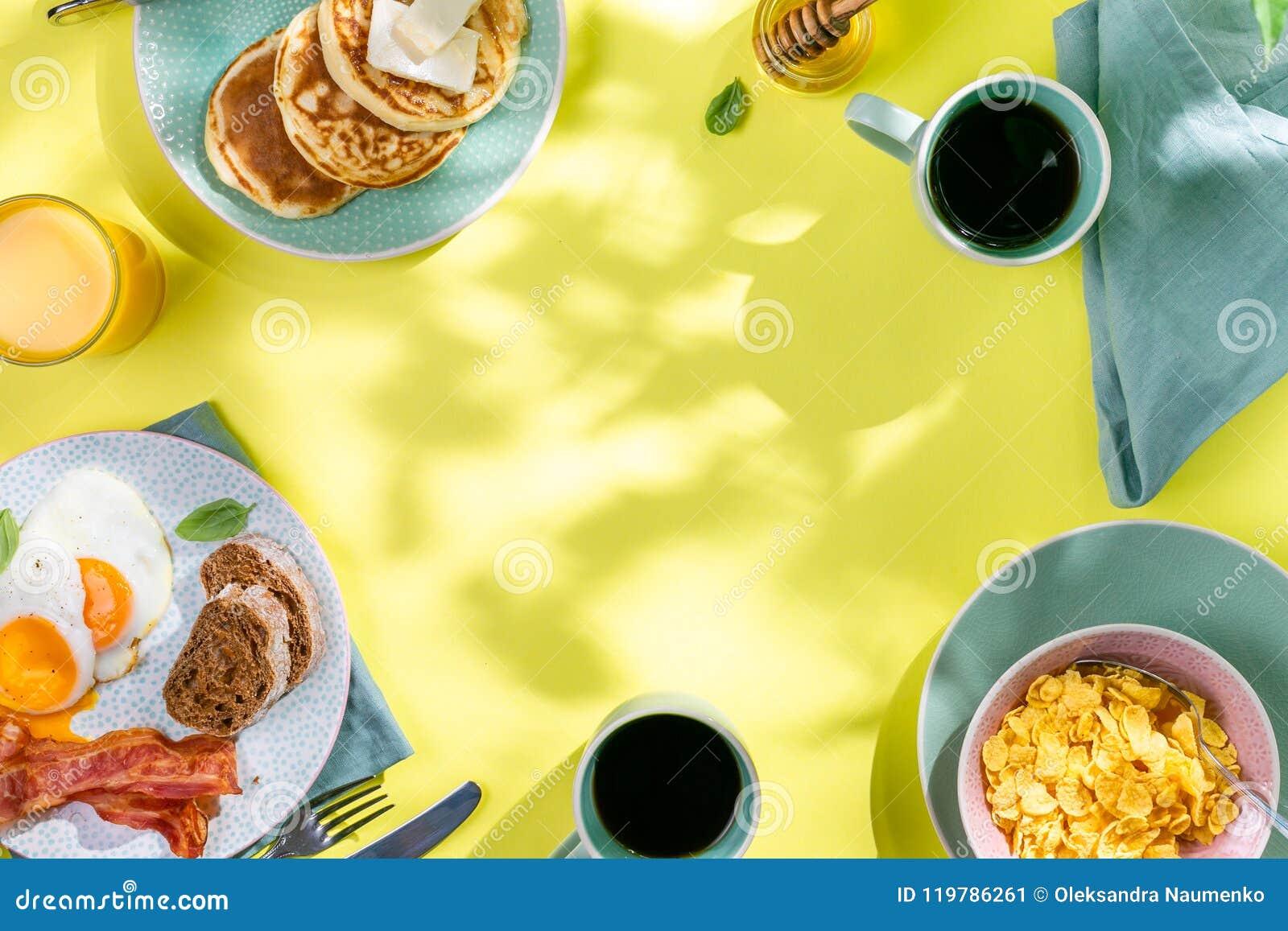 Prima colazione di estate - uova, bacon, pancake, cereale