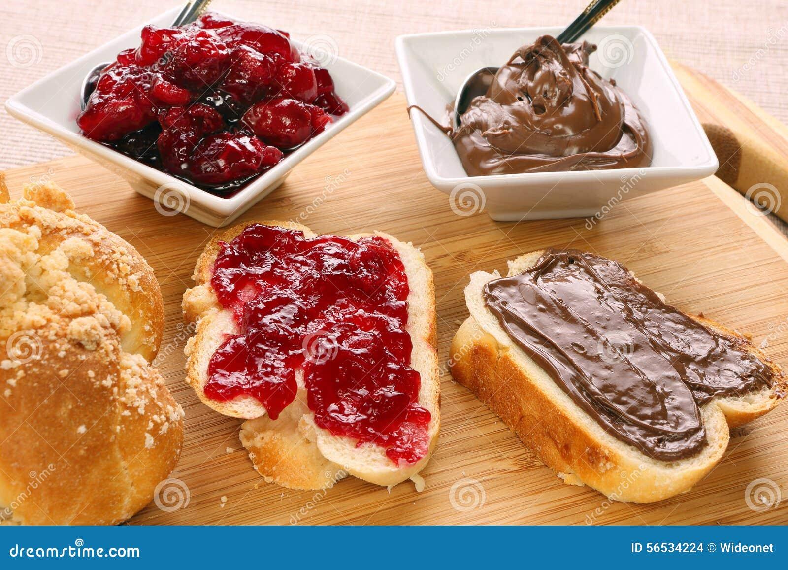 Prima colazione dolce del pane con la crema del cioccolato e dell inceppamento