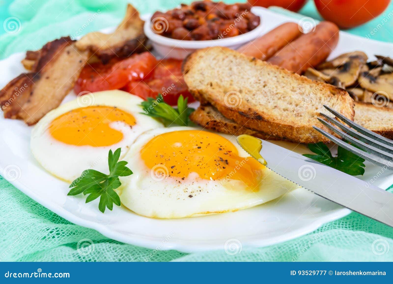 Prima Colazione Inglese Tradizionale: Bacon, Funghi, Uova, Pomodori ...
