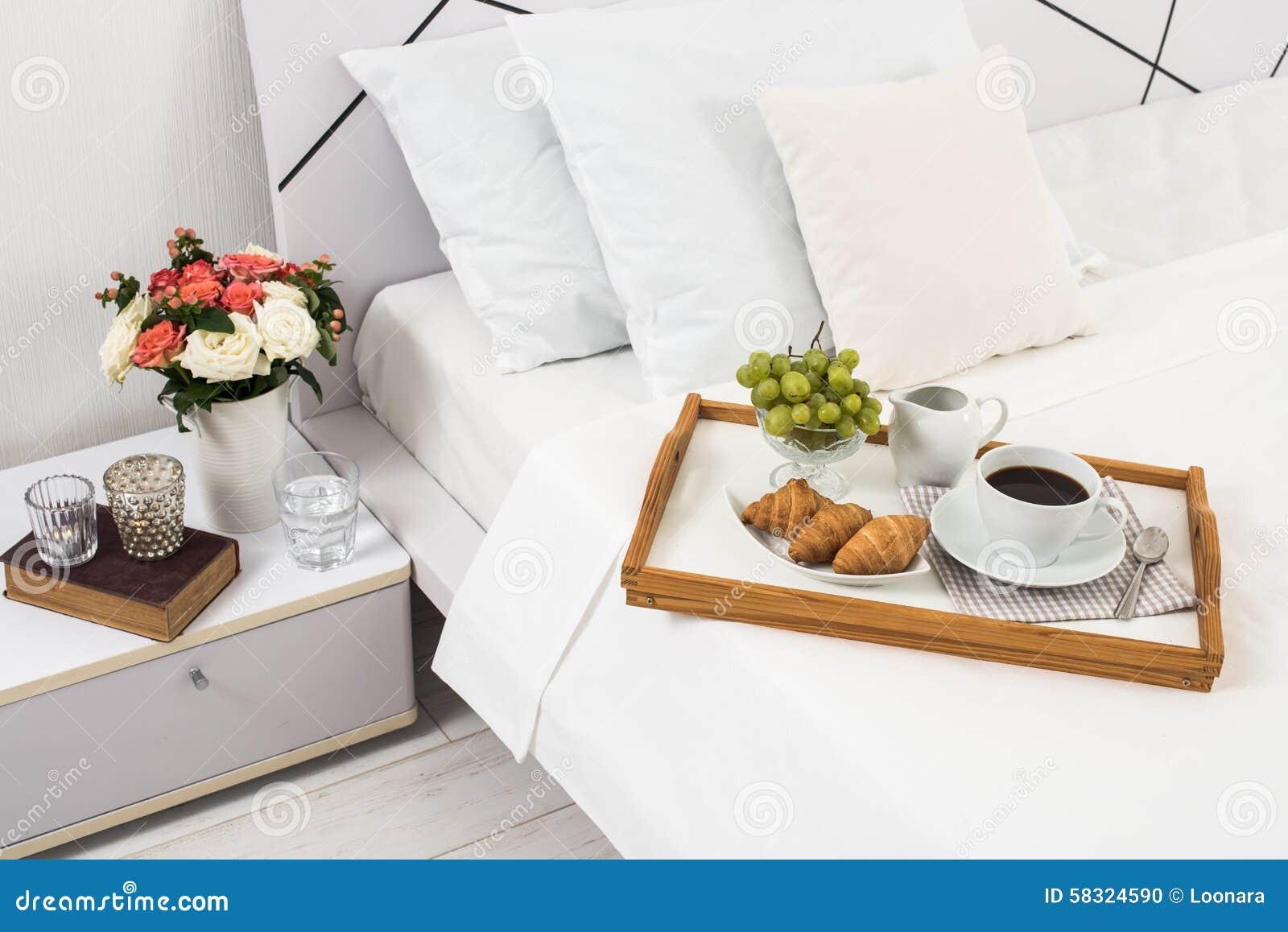 Prima colazione a letto fotografia stock immagine di - Colazione a letto immagini ...