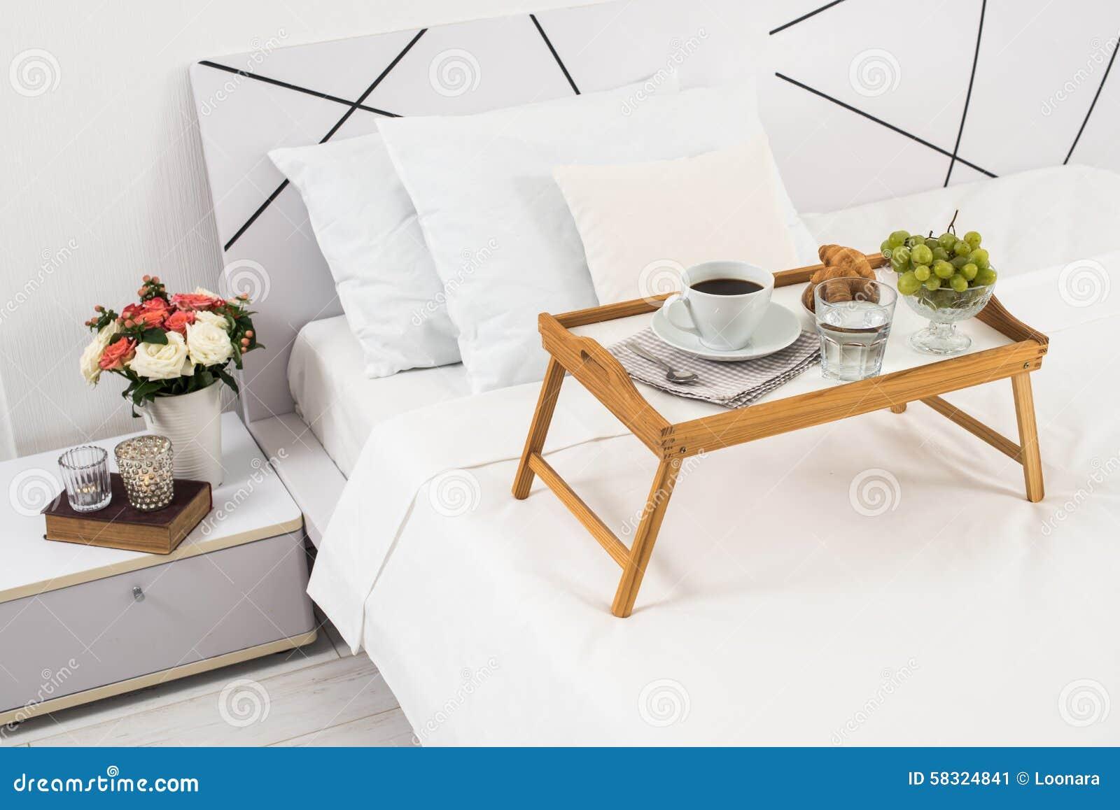 Prima colazione a letto immagine stock immagine di - Colazione a letto immagini ...