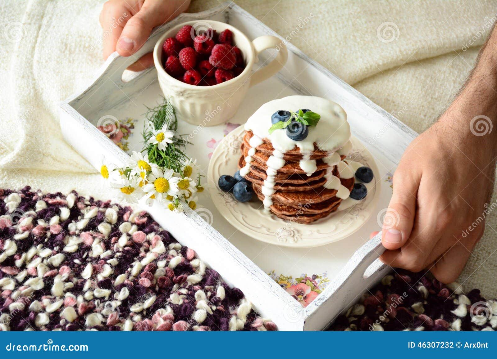 Prima colazione a letto pancake del cioccolato con la - Colazione a letto immagini ...