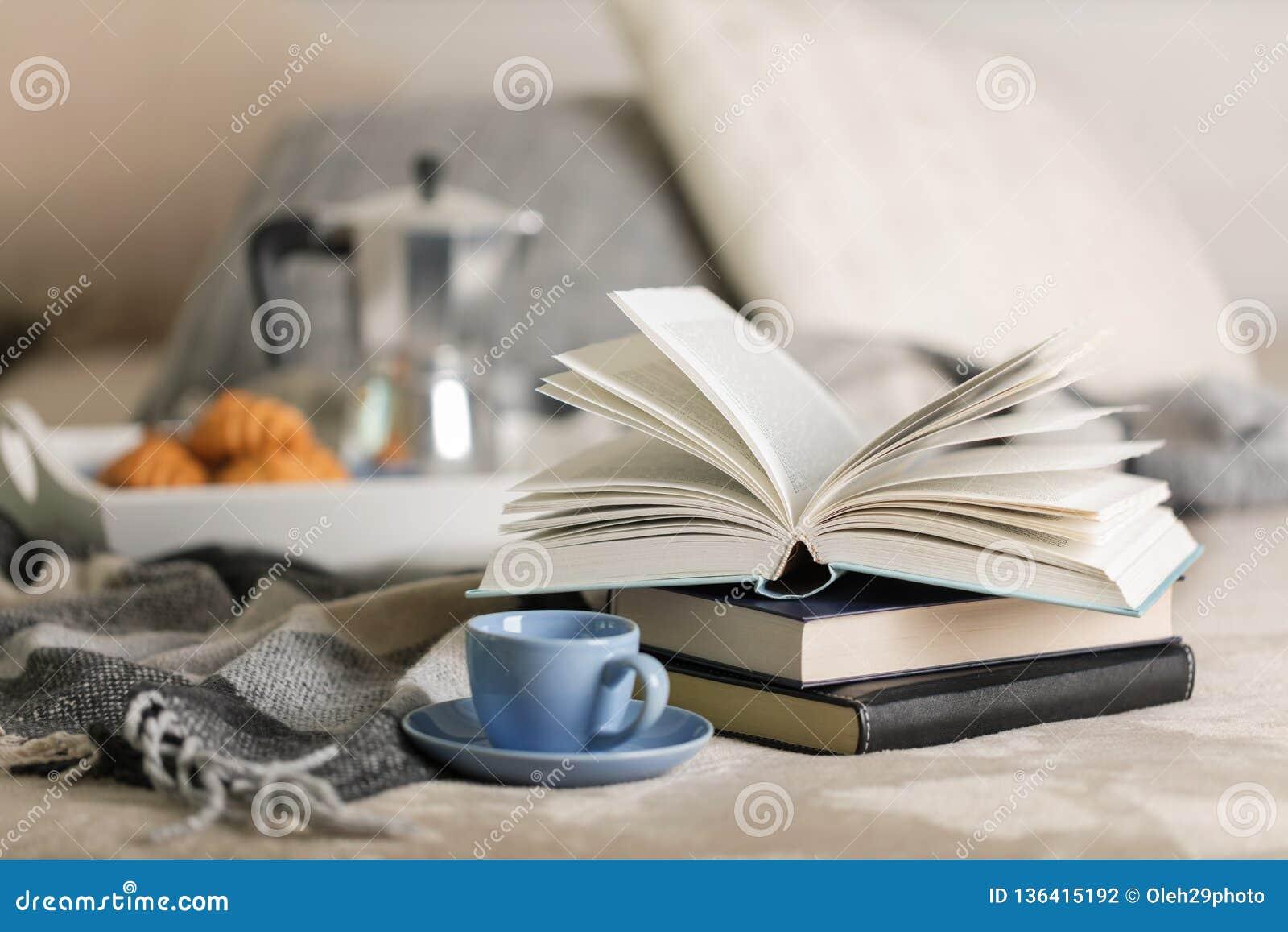 Prima colazione a letto Su un vassoio bianco ci sono una macchinetta del caffè, una tazza ed i croissant blu del caffè