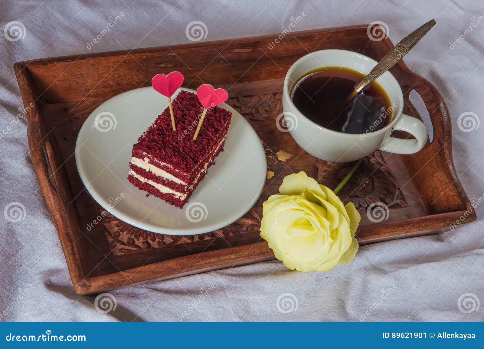 Prima colazione a letto tazza caff rosso velluto - Colazione a letto immagini ...