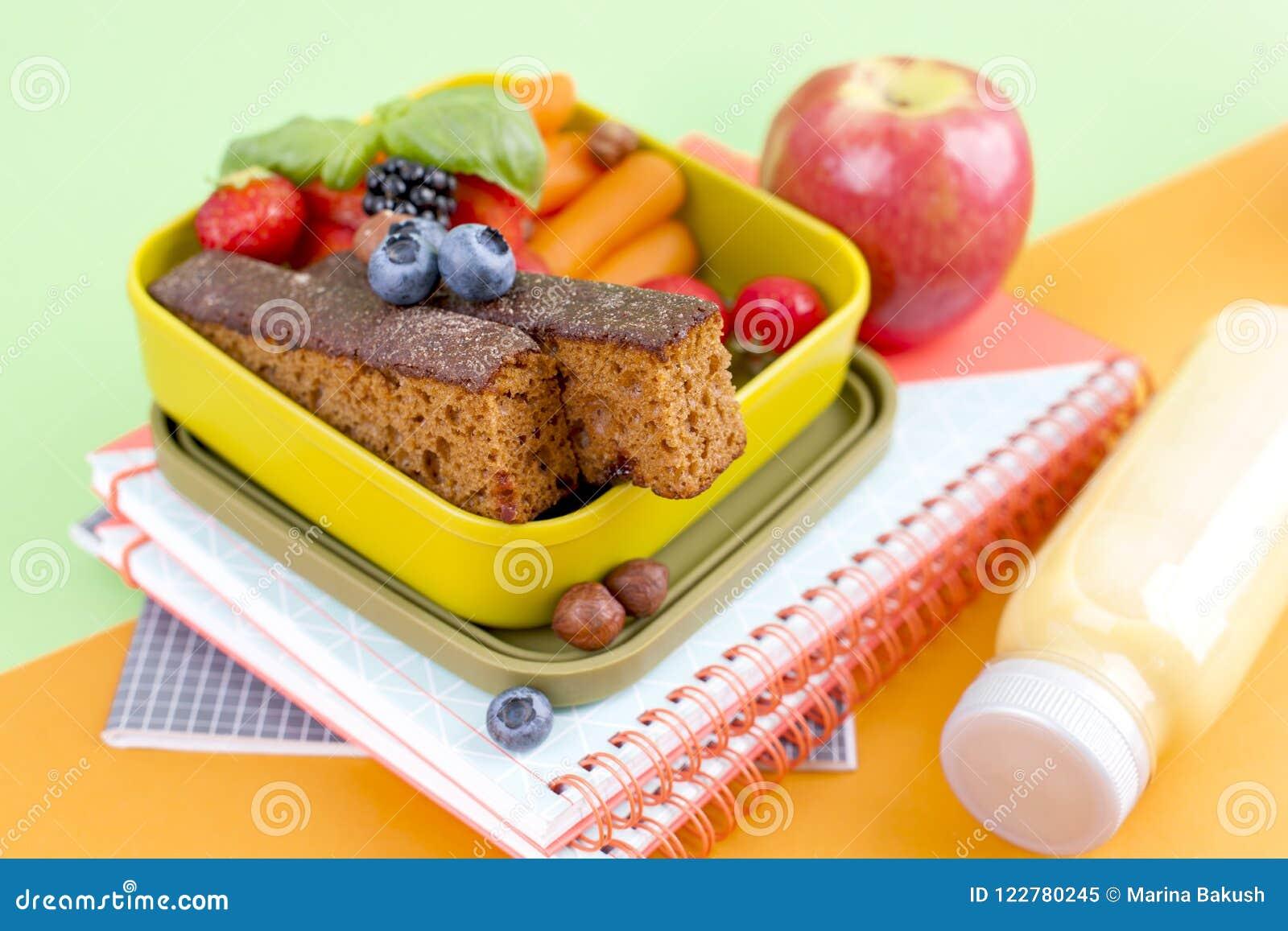 Prima colazione olandese deliziosa con pane e le bacche dolci Alimento per i bambini a scuola Accessori e quaderni della scuola t
