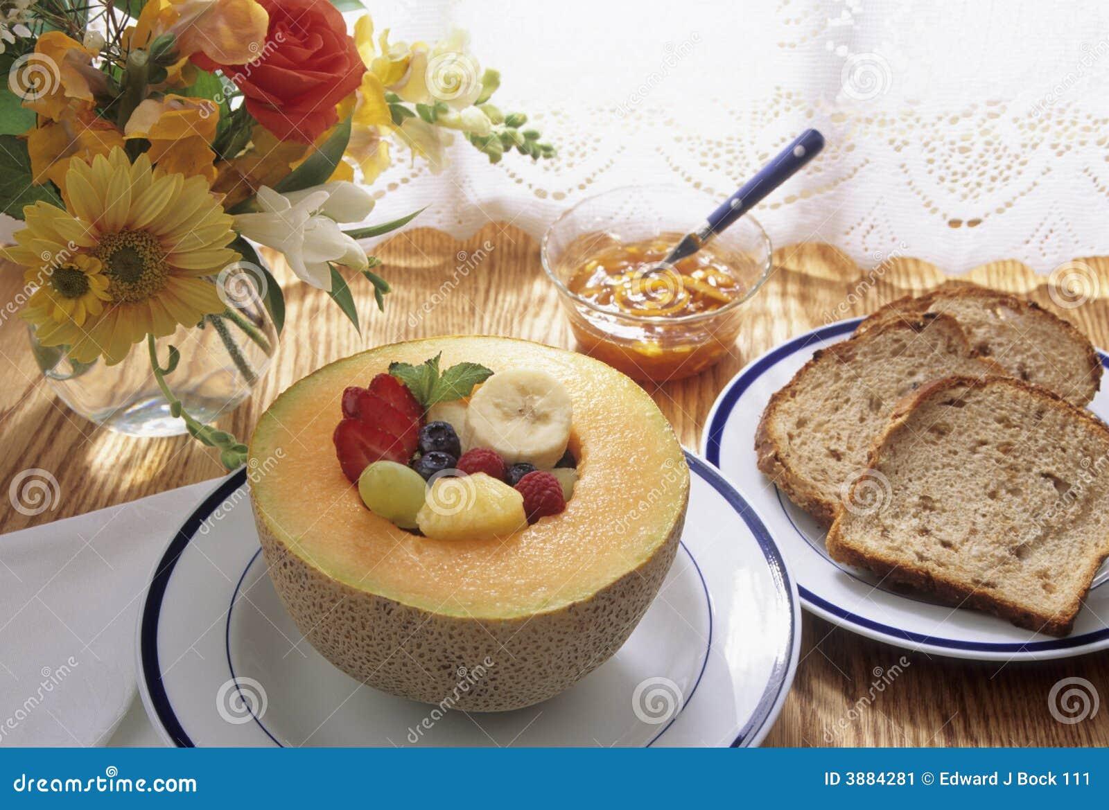 Prima colazione sana con frutta e pane tostato