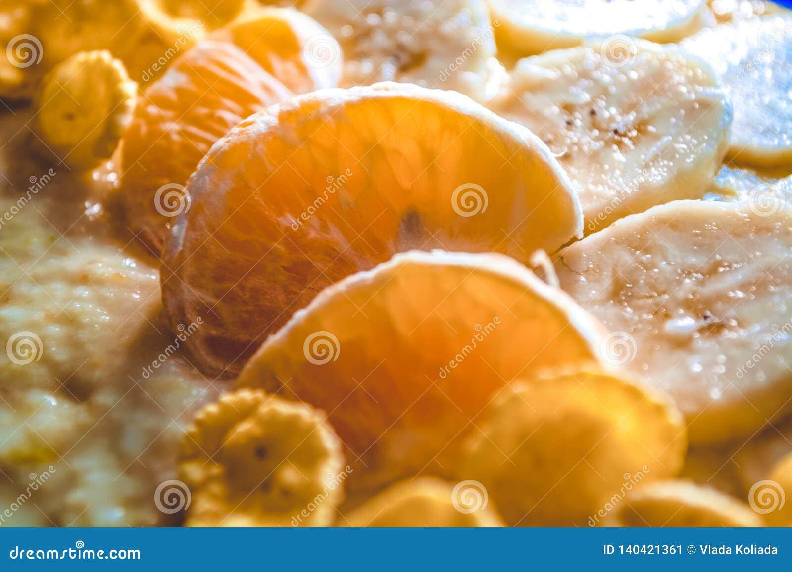 Prima colazione saporita ed utile da frutta e dai fiocchi Segmenti dei mandarini e dei pezzi di banane Vitamine