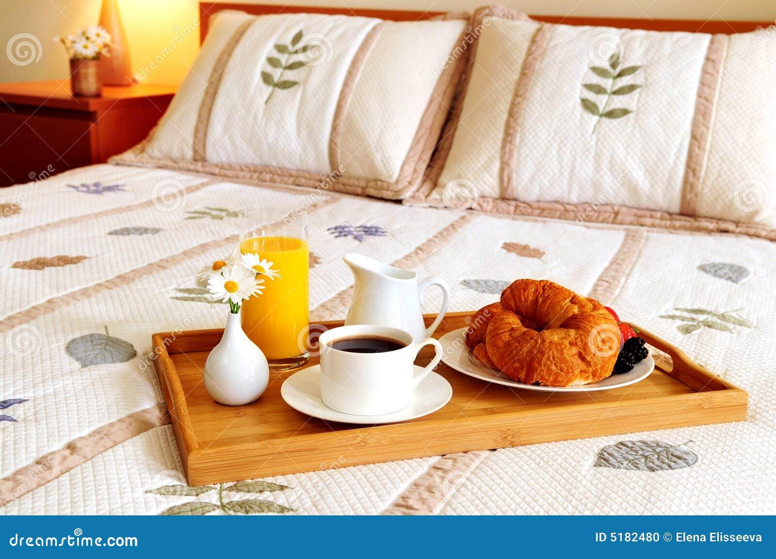 Prima colazione su una base in una camera di albergo