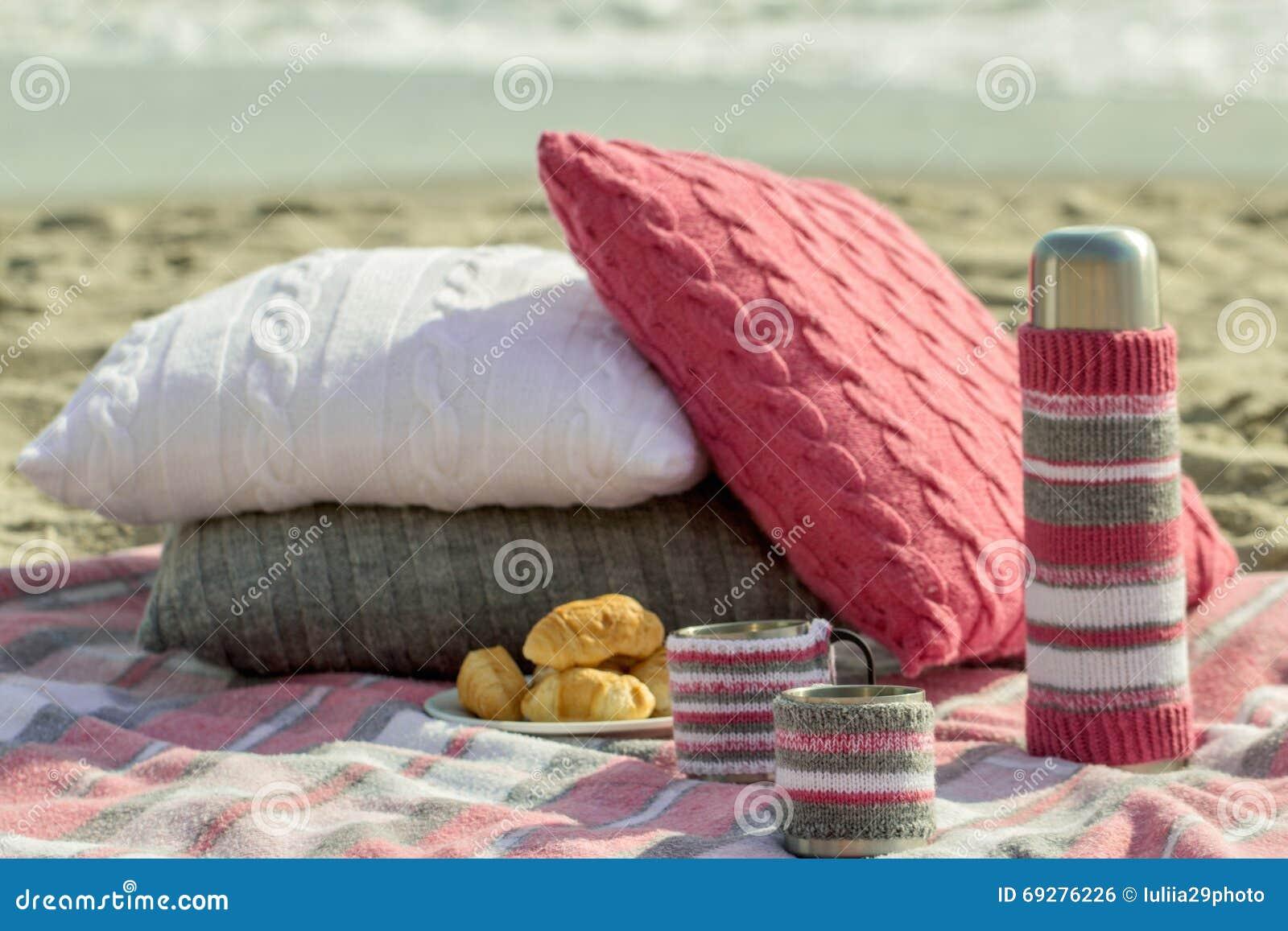 Prima colazione sulla spiaggia Caffè e croissant sul mare cuscino