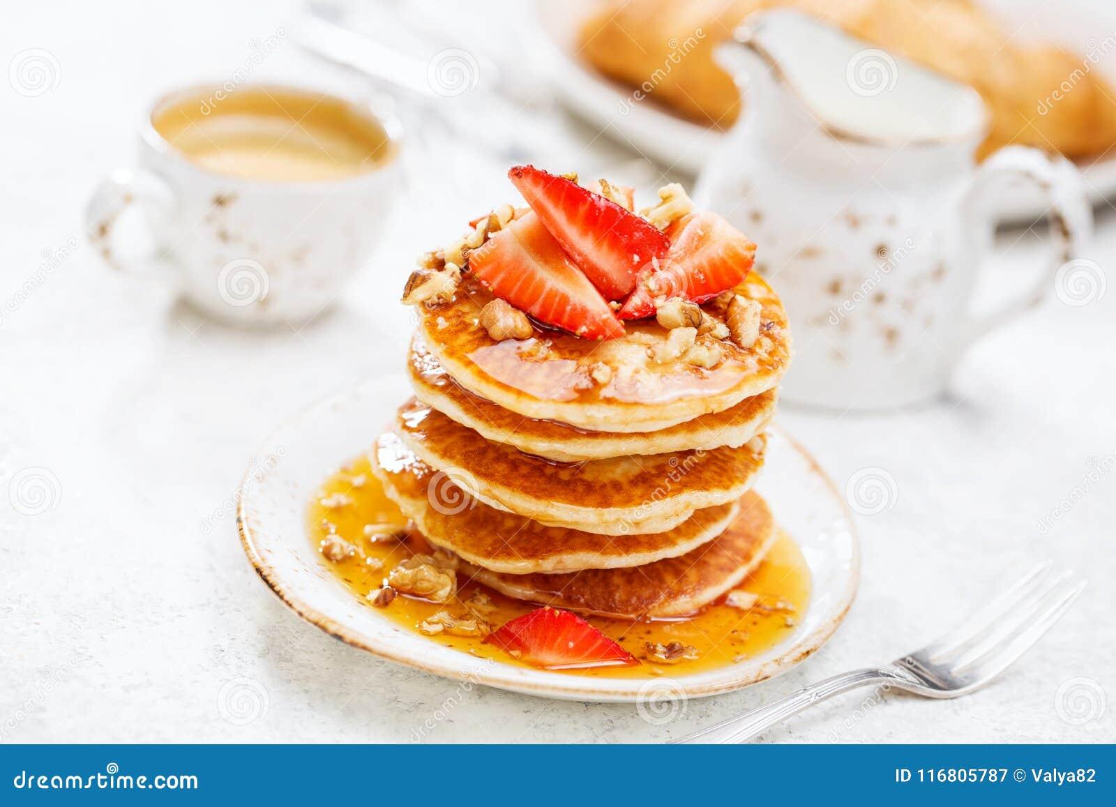 Prima colazione tradizionale con i pancake ed il caffè