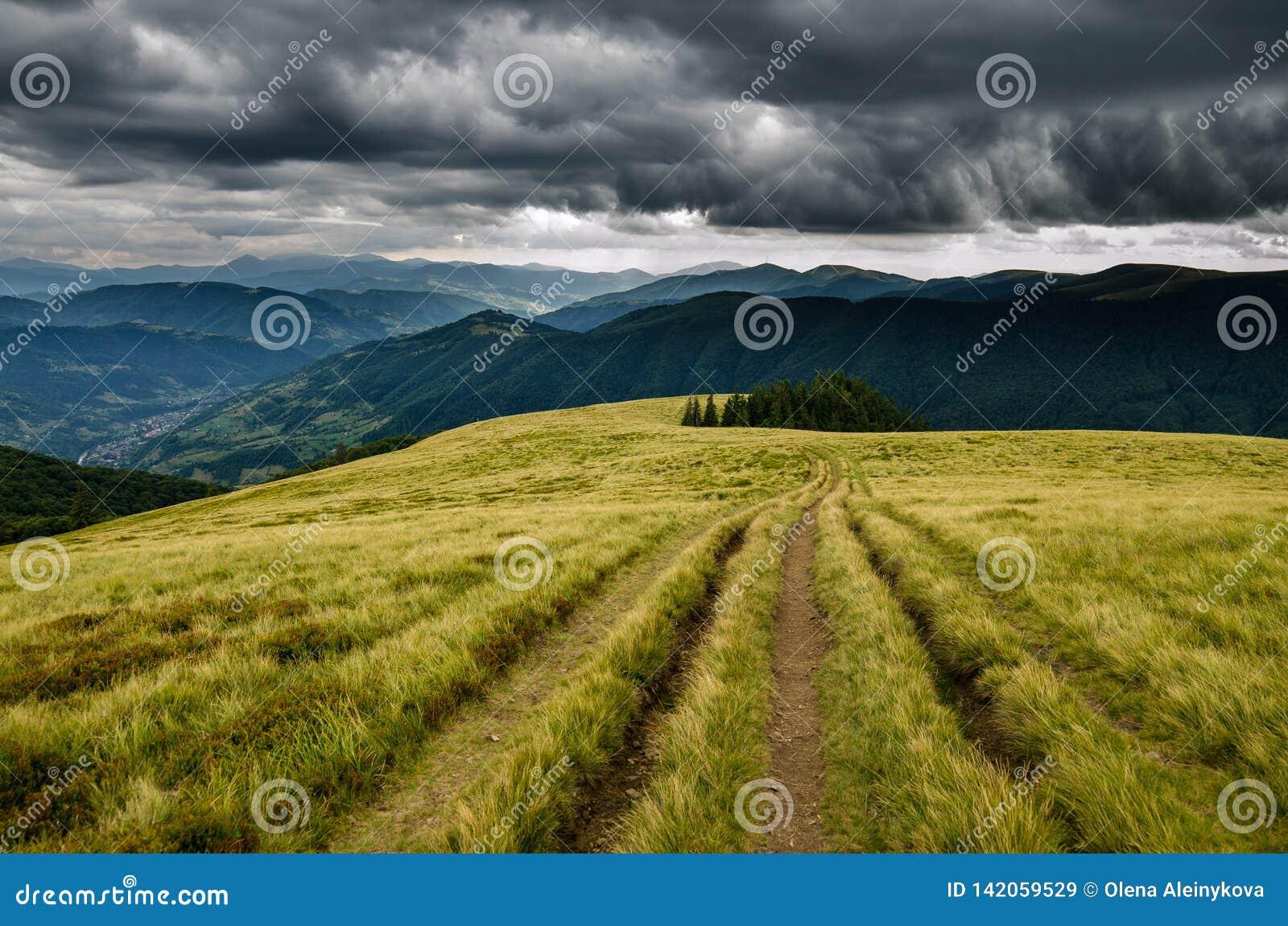 Prima della tempesta nelle montagne