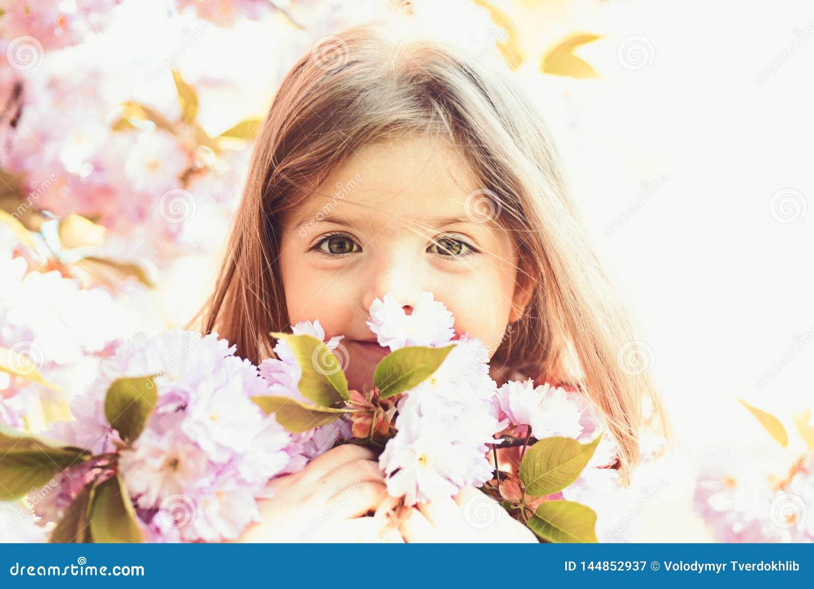 Primavera bambina di previsioni del tempo in molla soleggiata fronte e skincare Allergia ai fiori Modo della ragazza di estate