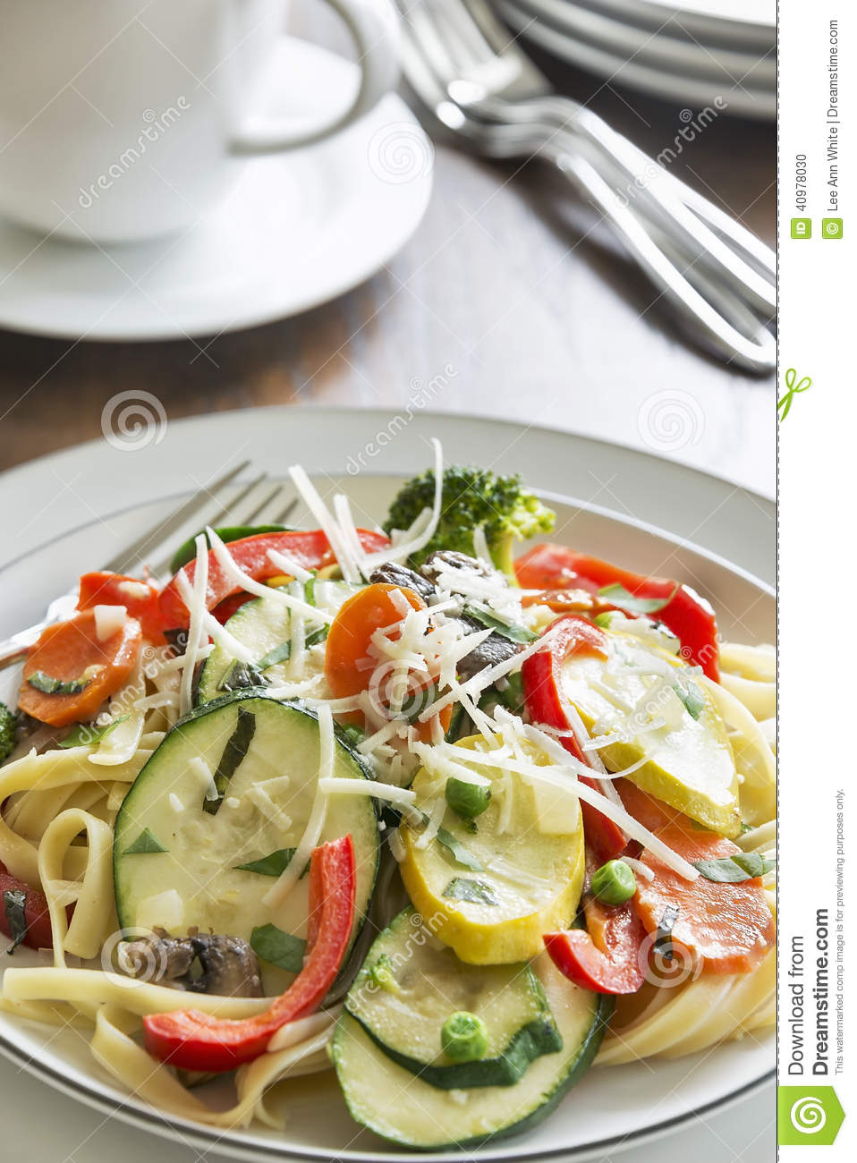 primavera de p tes avec des l gumes de fettuccine et de jardin photo stock image 40978030. Black Bedroom Furniture Sets. Home Design Ideas