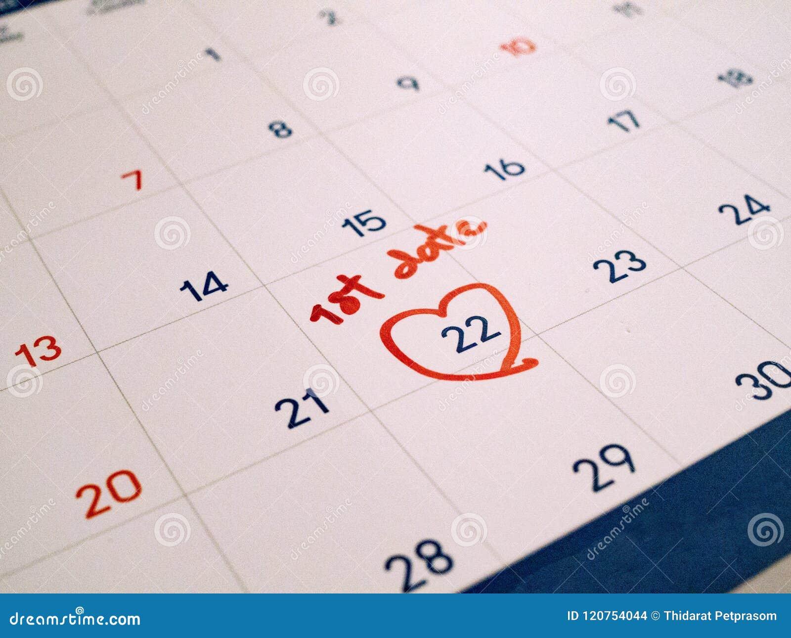 Primeira data do vermelho marcada na data-alvo branca da agenda do calendário para o romance e datar
